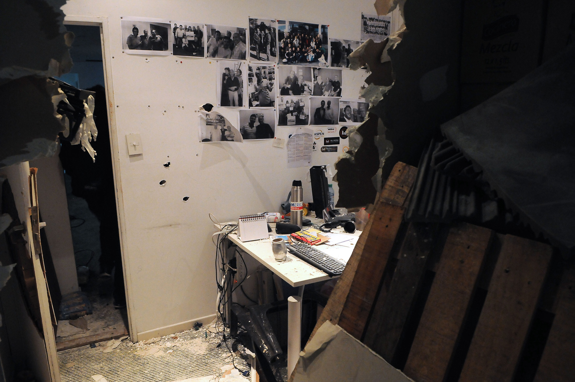 Trabajadores del diario Tiempo Argentino y Radio América fueron desalojados este domingo a la madrugada del edificio que ambos medios ocupan en el barrio de Palermo por un grupo de desconocidos que tomaron las instalaciones del lugar (Télam)