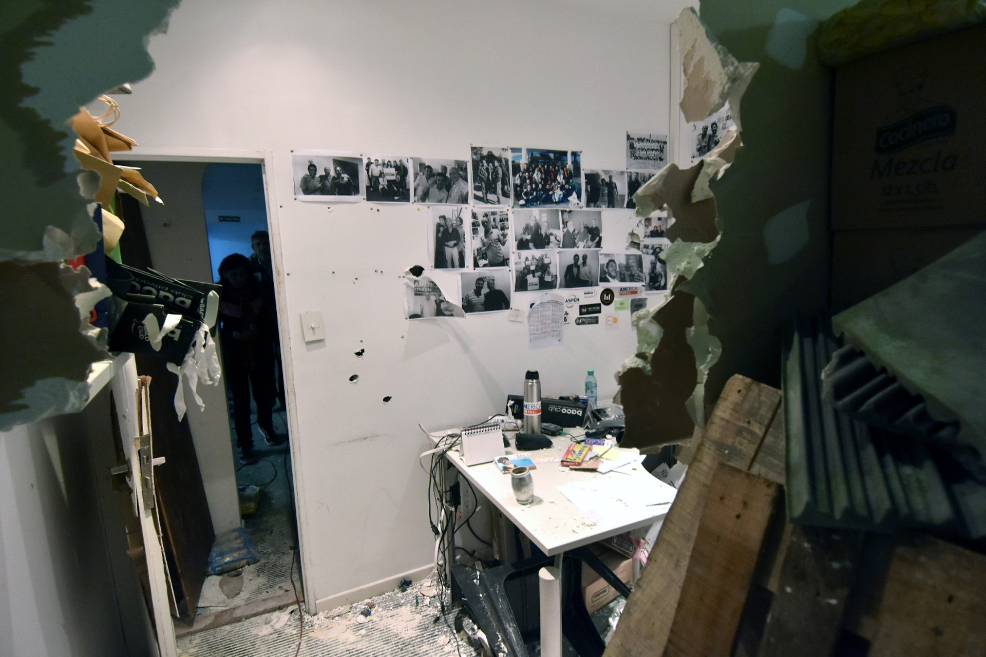 """En un comunicado, el CTP puntualizó que el empresario correntino irrumpió en el edificio donde funcionan la redacción de Tiempo Argentino y radio América"""" (DyN)"""
