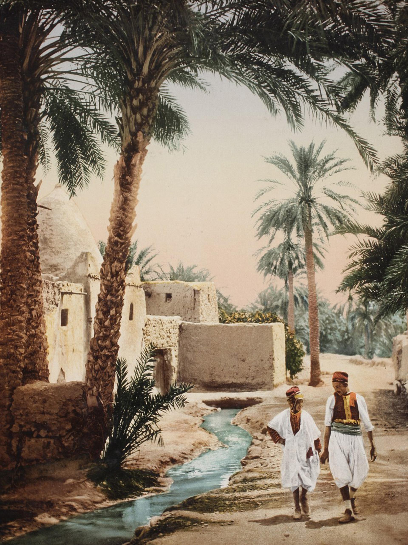 Un hombre y un niño pasean por la Ciudad Vieja de Biskra, en Argelia
