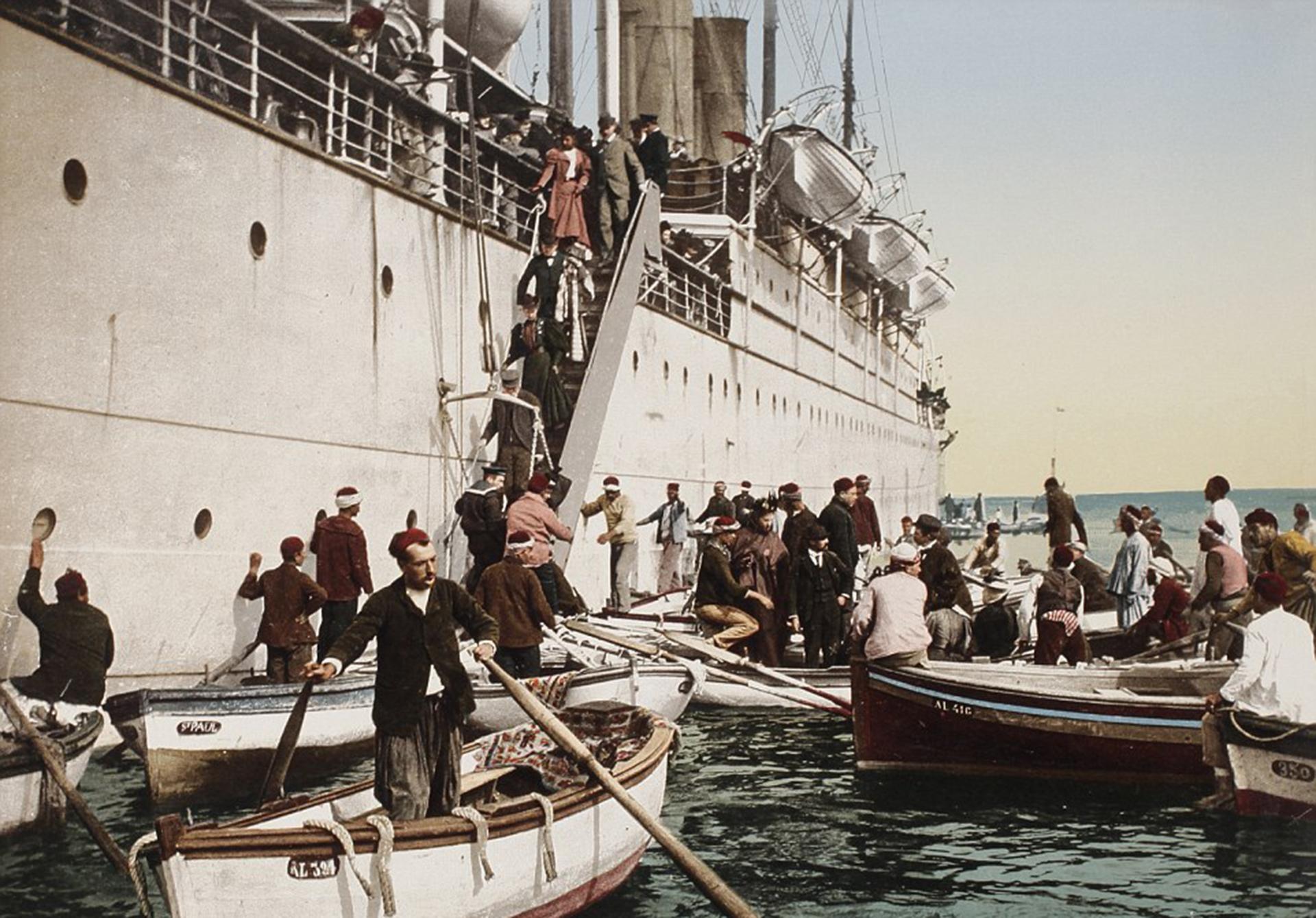 Trabajadores del puerto arriban a la costa de Argelia