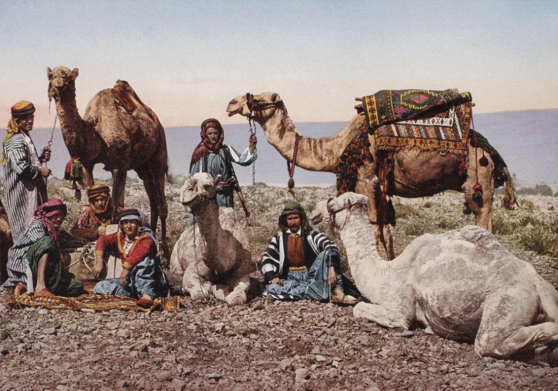 La escena fue capturada en el desierto de Siria, en 1895. Muestra nativos con sus camellos