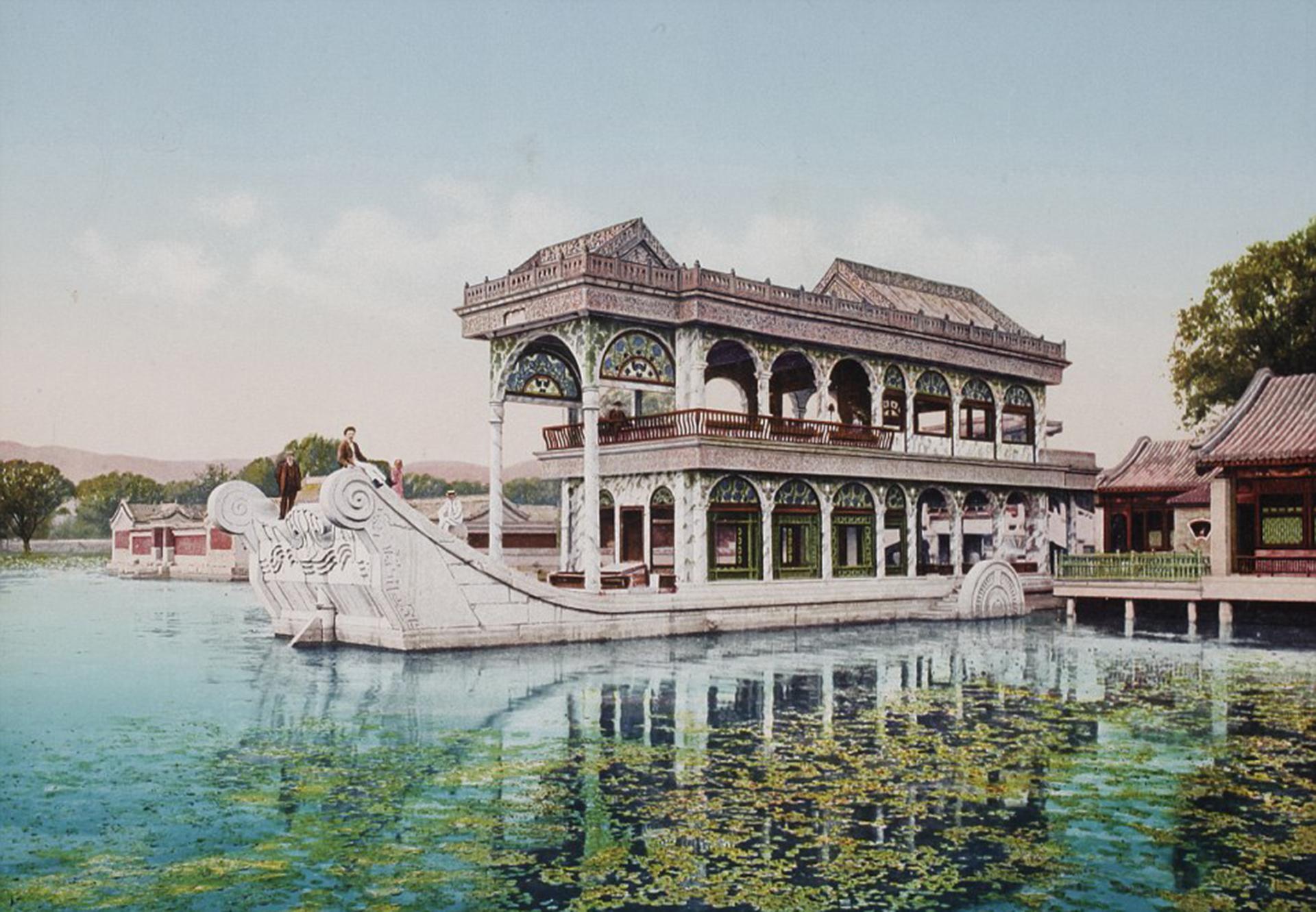 El año que se tomó esta fotografía no está claro para el Museo de la Cámara de Suiza. Se cree que el Barco de Mármol, en el Palacio de Verano de Beijing, fue capturado por la lente entre 1899 y 1911