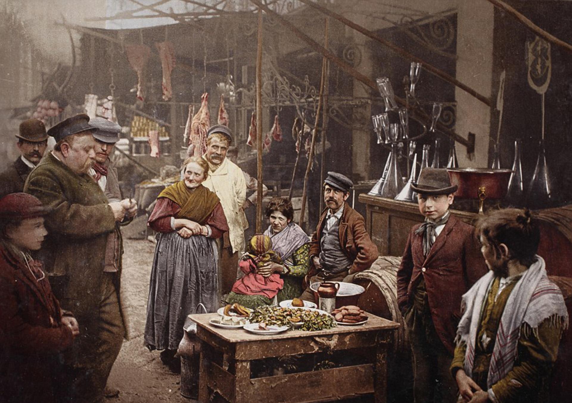 Una de las calles típicas del puerto de Nápoles, Italia. Muestra el comercio, la exposición de carnes, la vida cotidiana y la variedad de vestimentas. La imagen fue tomada en 1899