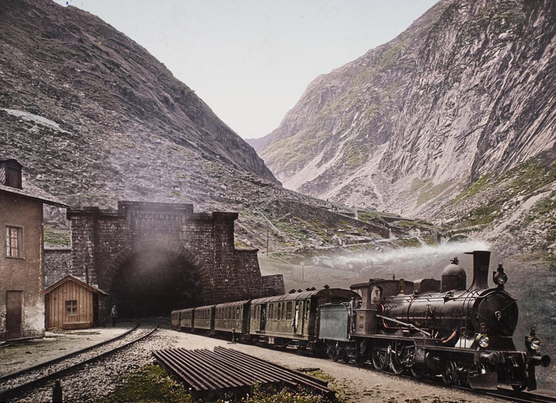 Un tren surca las montañas suizas. La imagen data de 1901