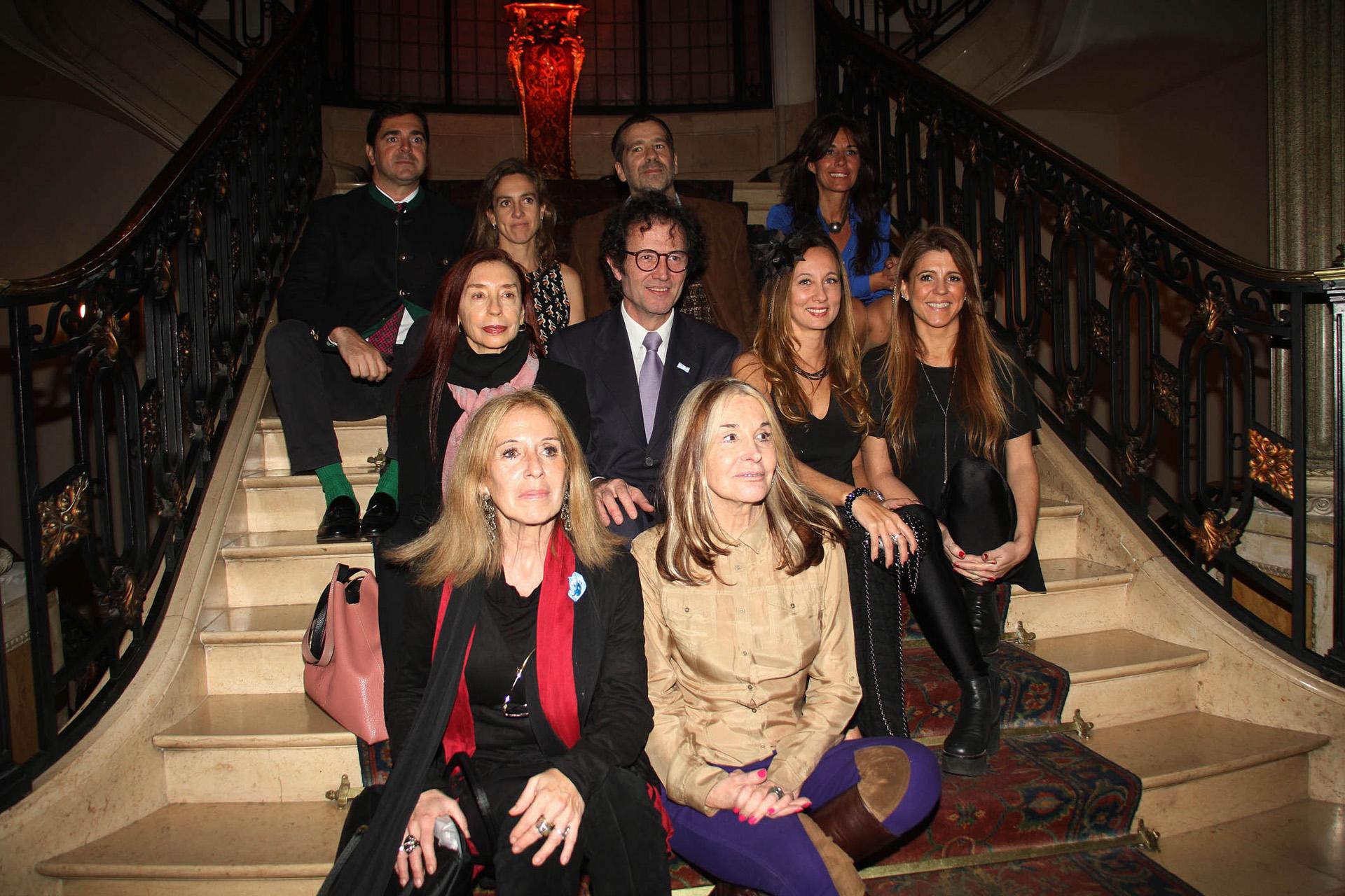 Lucas Beccar Varela junto a los artistas que participaron de la divertida subasta de escobas /// Fotos: Verónica Guerman – Graphpress