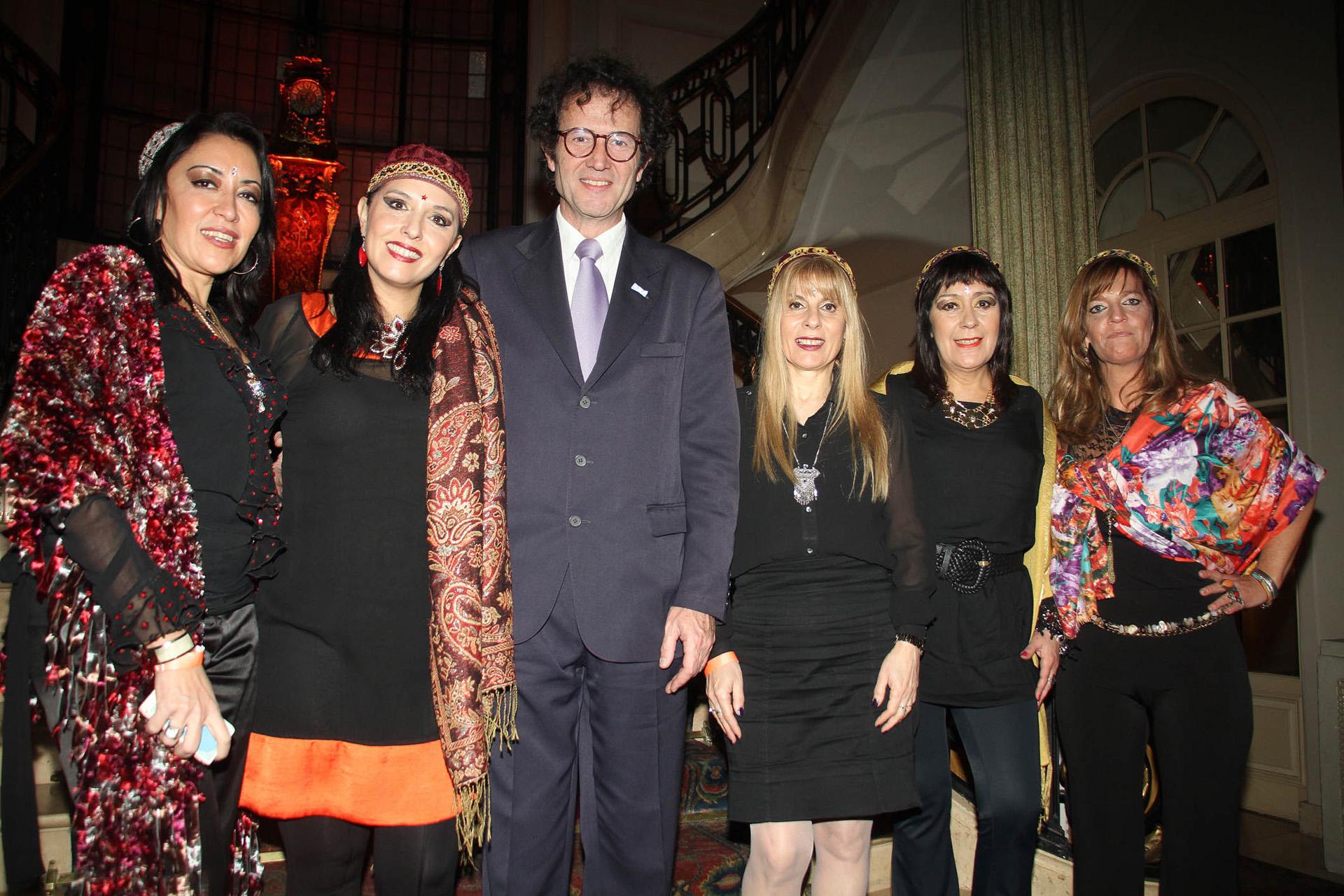 Lucas Beccar Varela y el equipo de Jimena La Torre