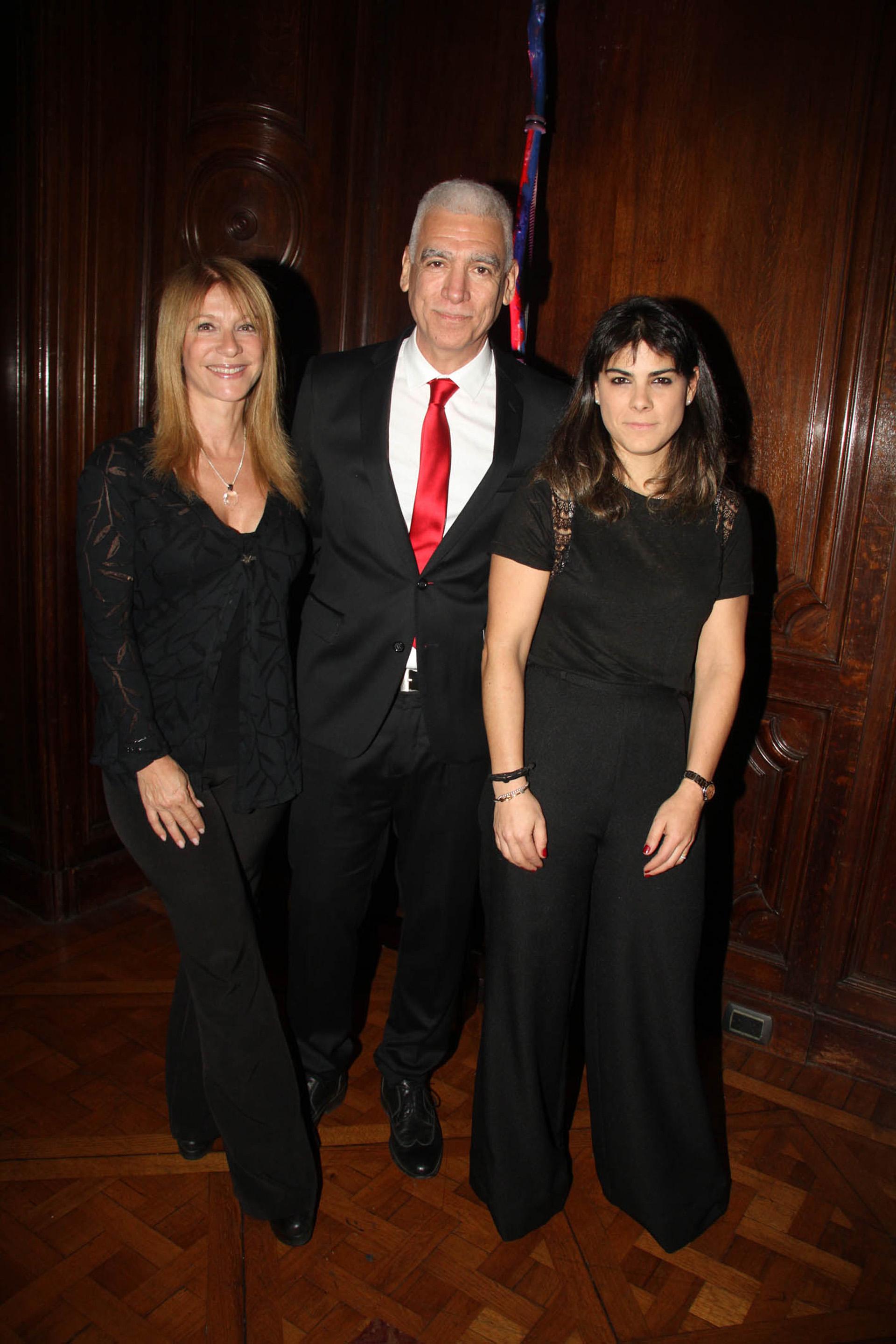 """Guillermo """"Macu"""" Mazzuca estuvo a cargo de la conducción del evento solidario. En la foto, posa junto a María Isabel Sánchez y Sara Stewart Brown"""