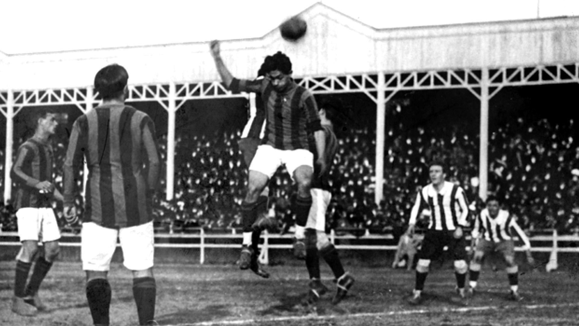 La Copa América, que se jugó en la ciudad de Buenos Aires entre el2 y el 17 de julio, contó con la participación de cuatro países: Uruguay, Chile, Brasil y Argentina. Este torneose realizaba por primera vez en la historia y tuvo algunos incidentes en el partido final en el que se enfrentaron Uruguay y Argentina. Con un empate, el campeonato quedó para los uruguayos.