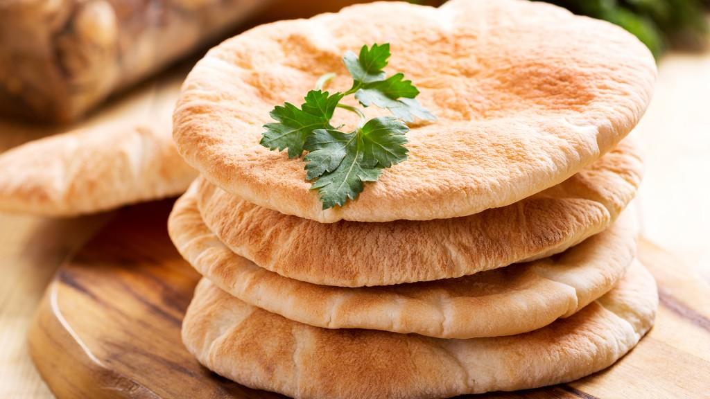 El pan pita acompaña a todos los platos tradicionales de medio oriente especialmente aquellos con base vegetal (Shutterstock)