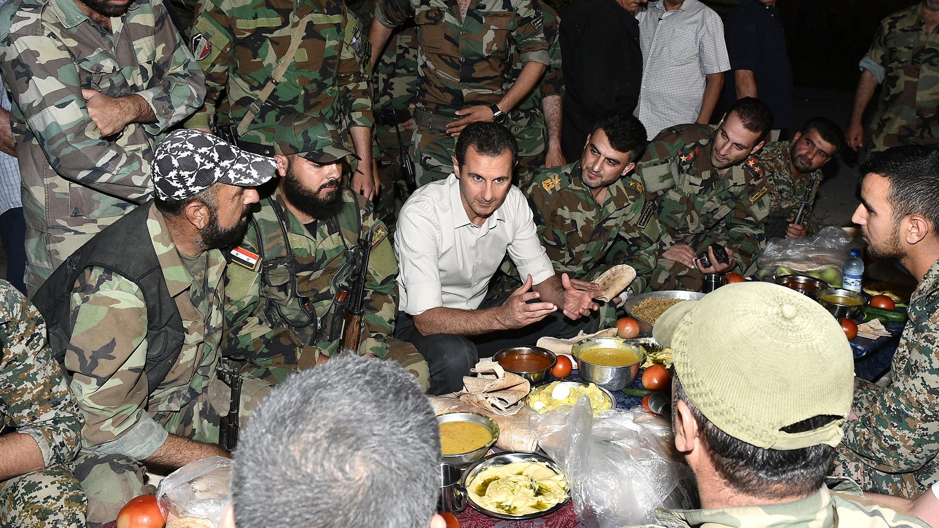 El dictador Bashar Al Assad junto a tropas sirias (Reuters / Archivo)