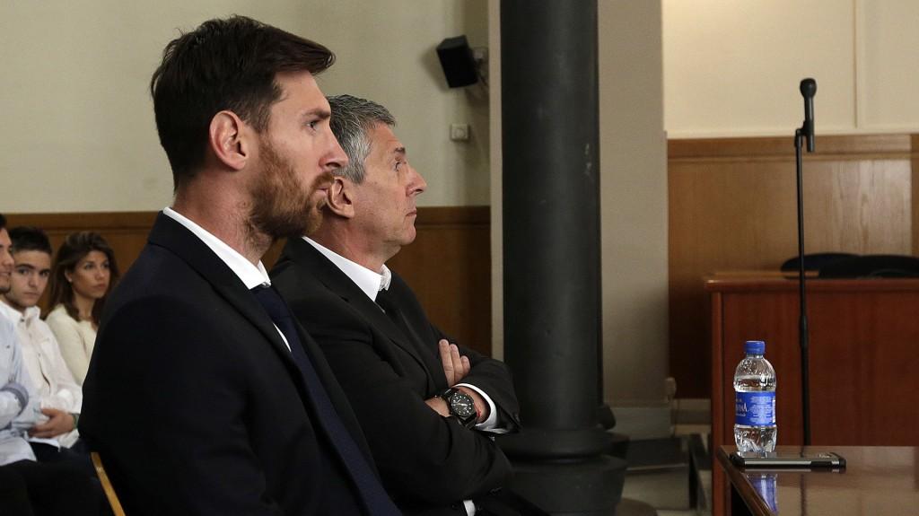 Lionel Messi y su padre Jorge en una de sus citaciones ante la Justicia (AP)