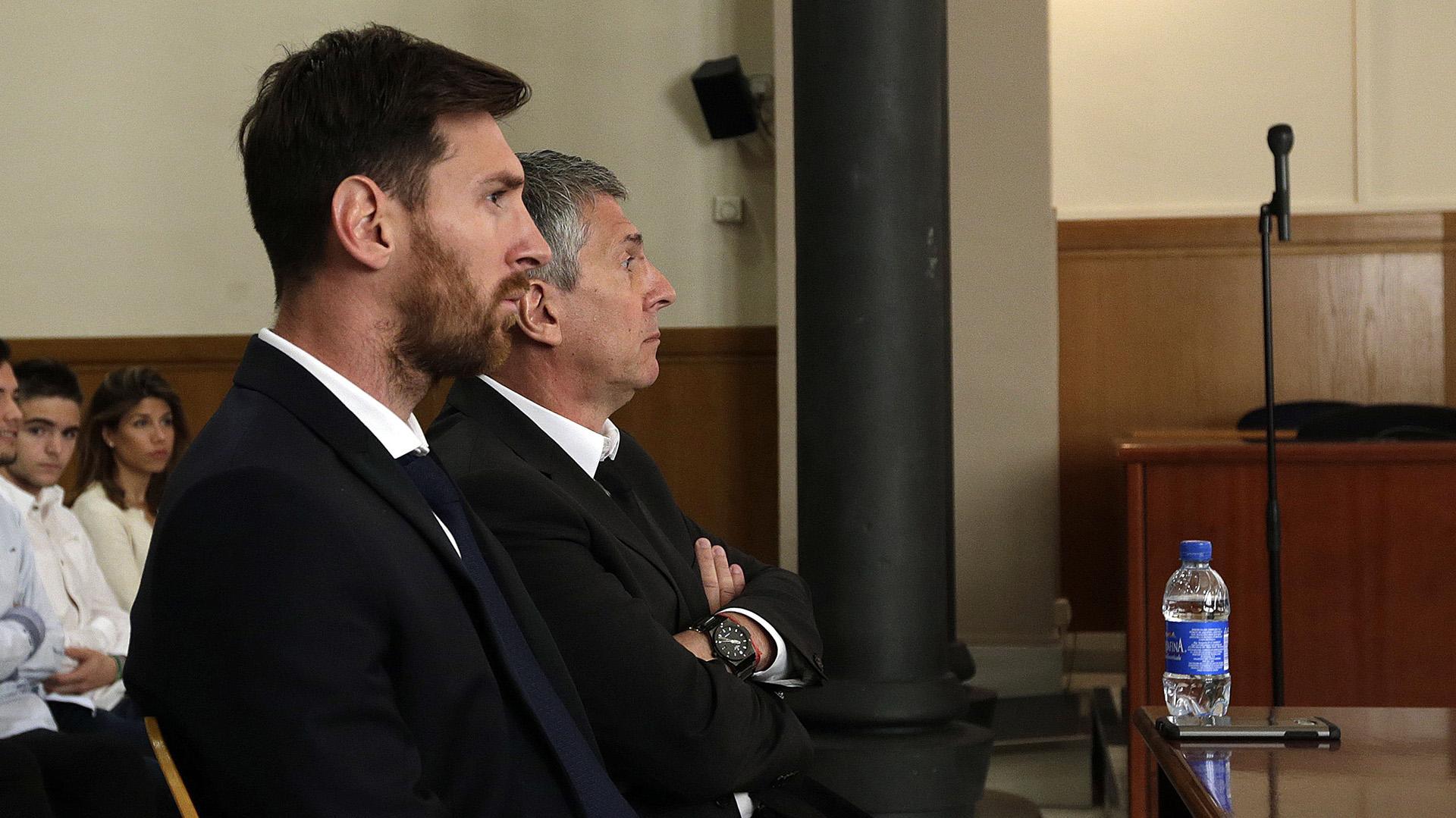 Messi y su padre Jorge en el juicio que enfrentaron en España por evasión en 2017 (AP)