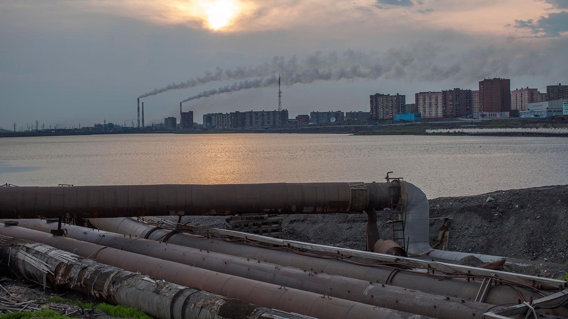 Las tuberías atraviesan la ciudad a la vista, es imposible enterrarlas en el suelo congelado.