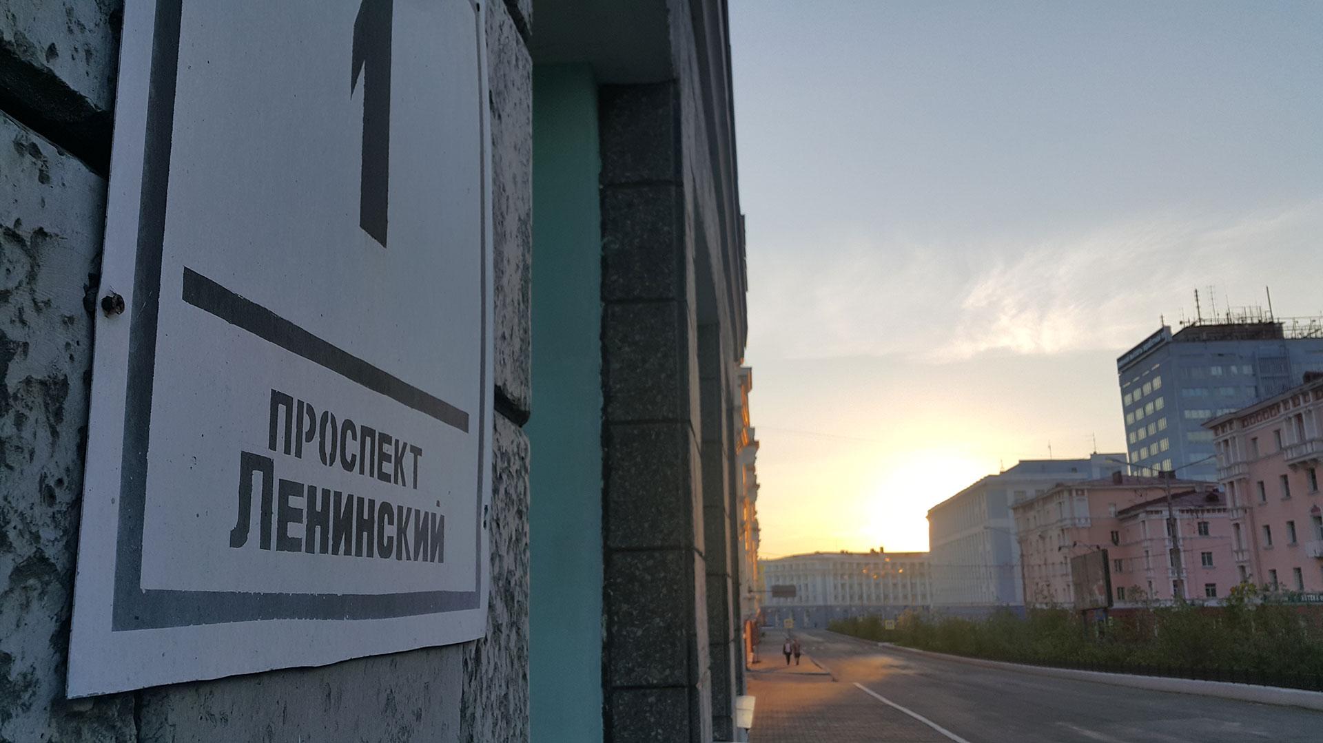 La avenida Lenin de Norilsk, a las 2 de una mañana de verano, cuando el sol nunca se pone.