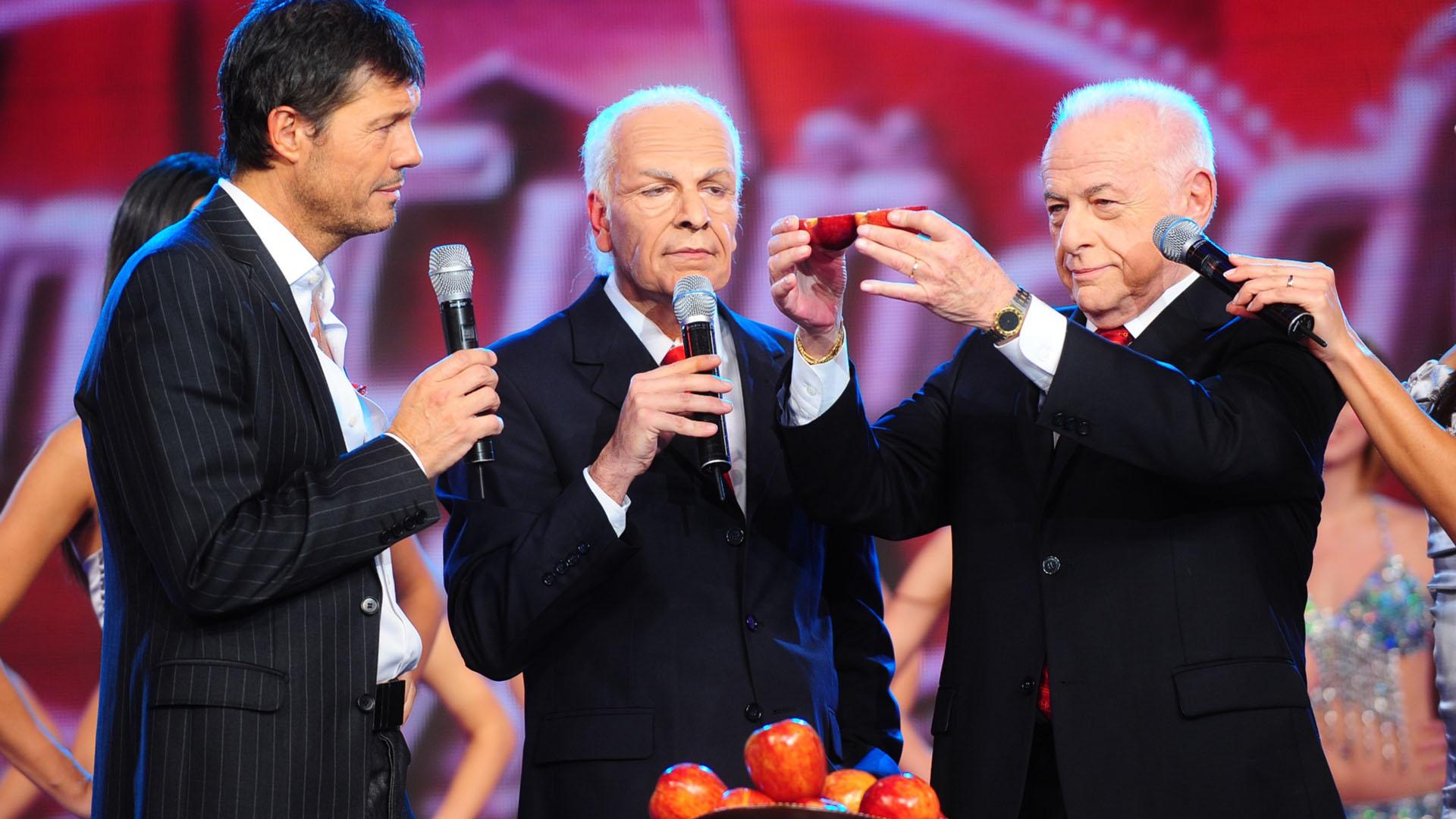 """Con Marcelo Tinelli y su """"clon"""", interpretado por Freddy Villarreal, durante una visita de Gerardo a ShowMatch en 2009"""
