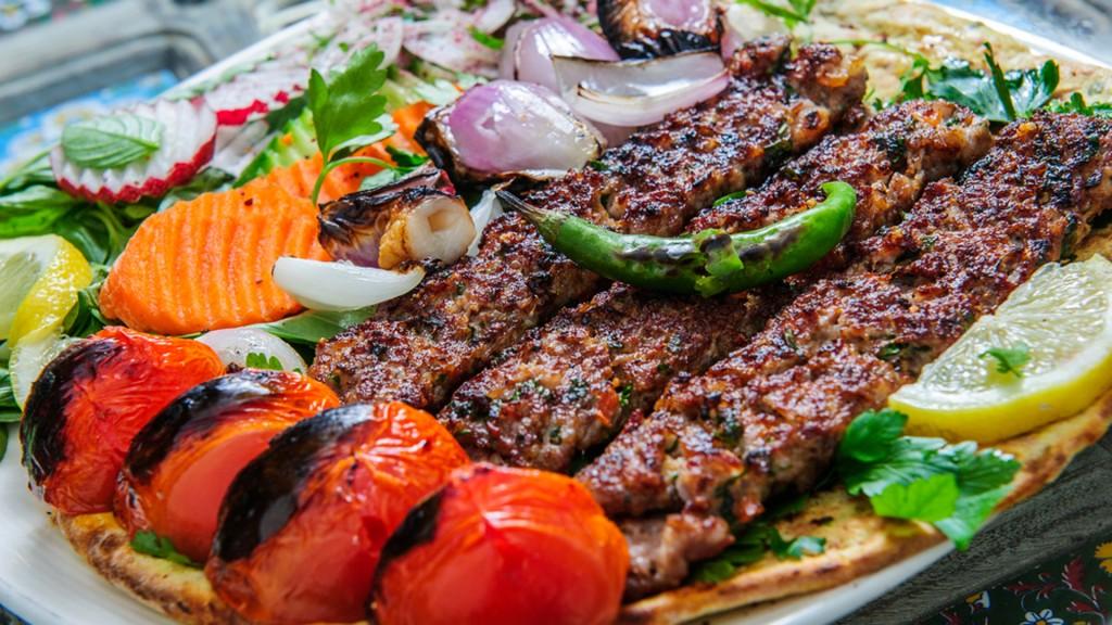 La combinación de dos platos típicos, un suceso en Tel Aviv (Shutterstock)