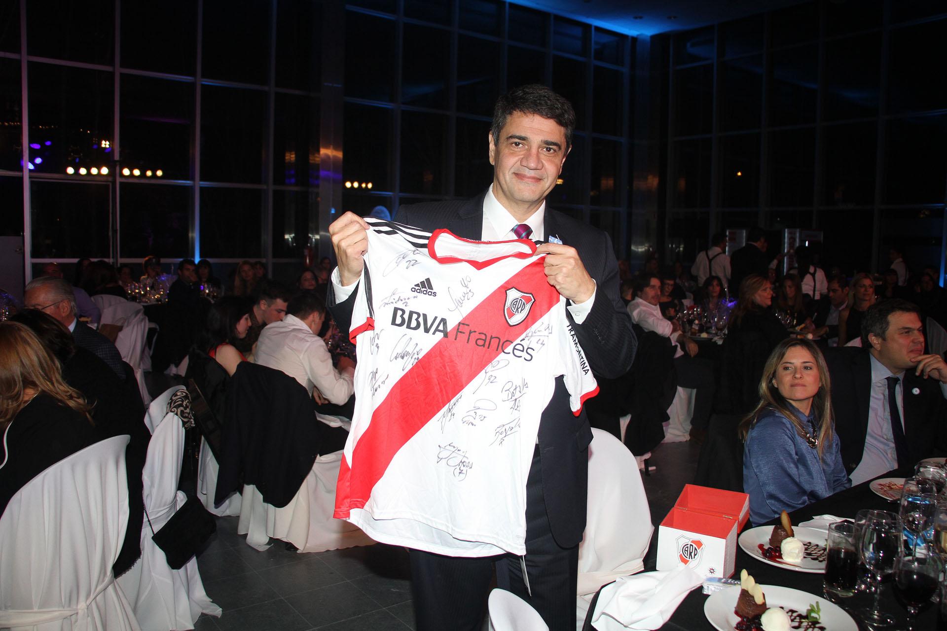 El intendente Jorge Macri obtuvo una camiseta de River autografiada que se remató en la cena
