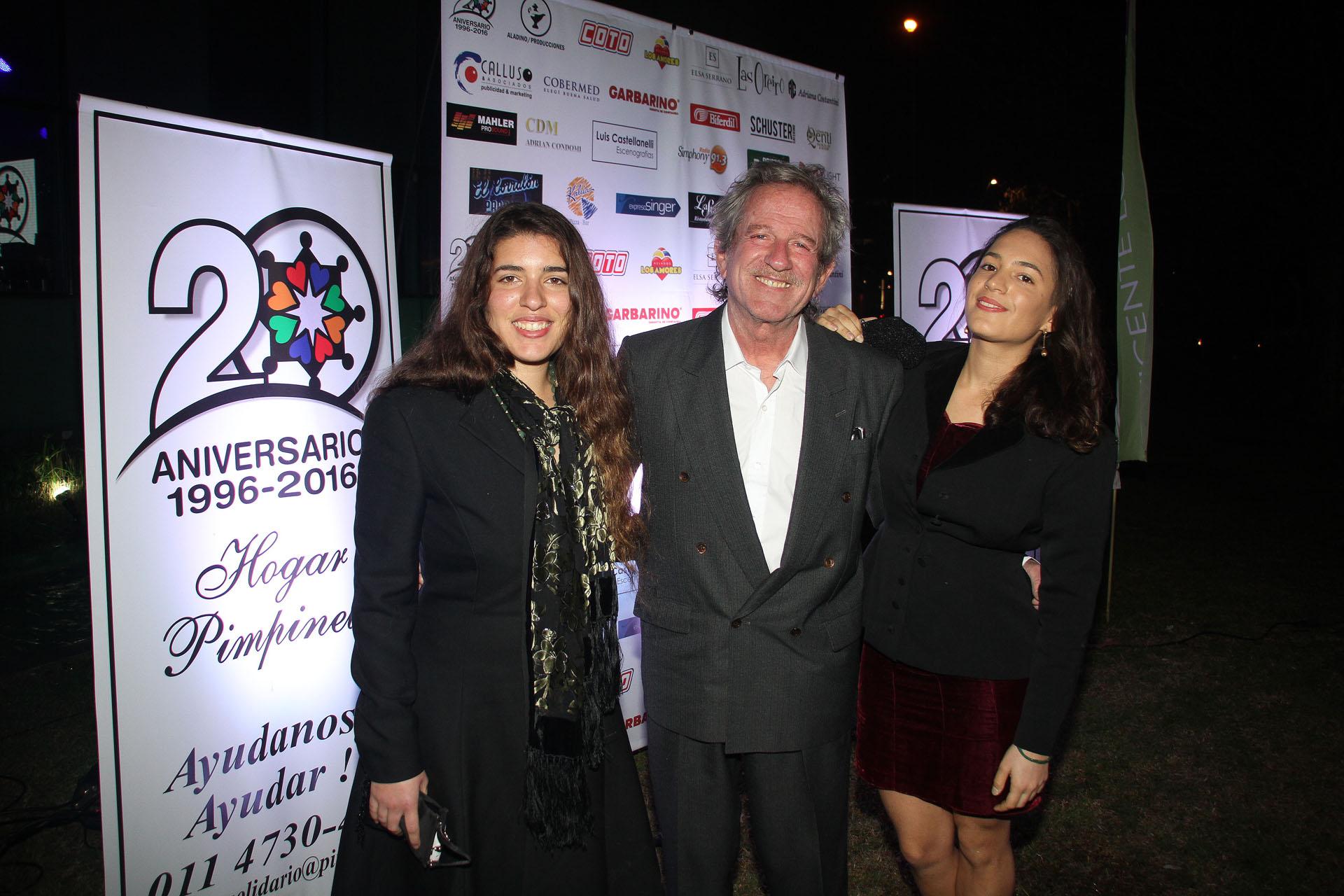Pablo Alarcón y sus hijas