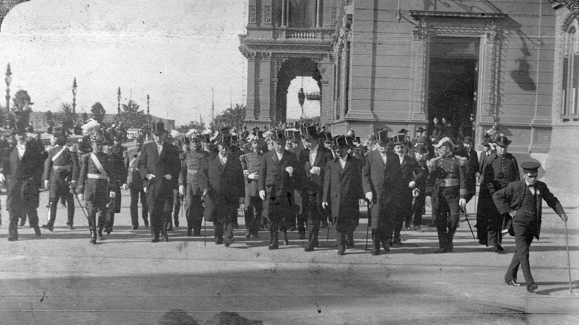 De la Plazaytoda la Comitiva Oficial regresa del Tedeum oficiado en la Catedral.
