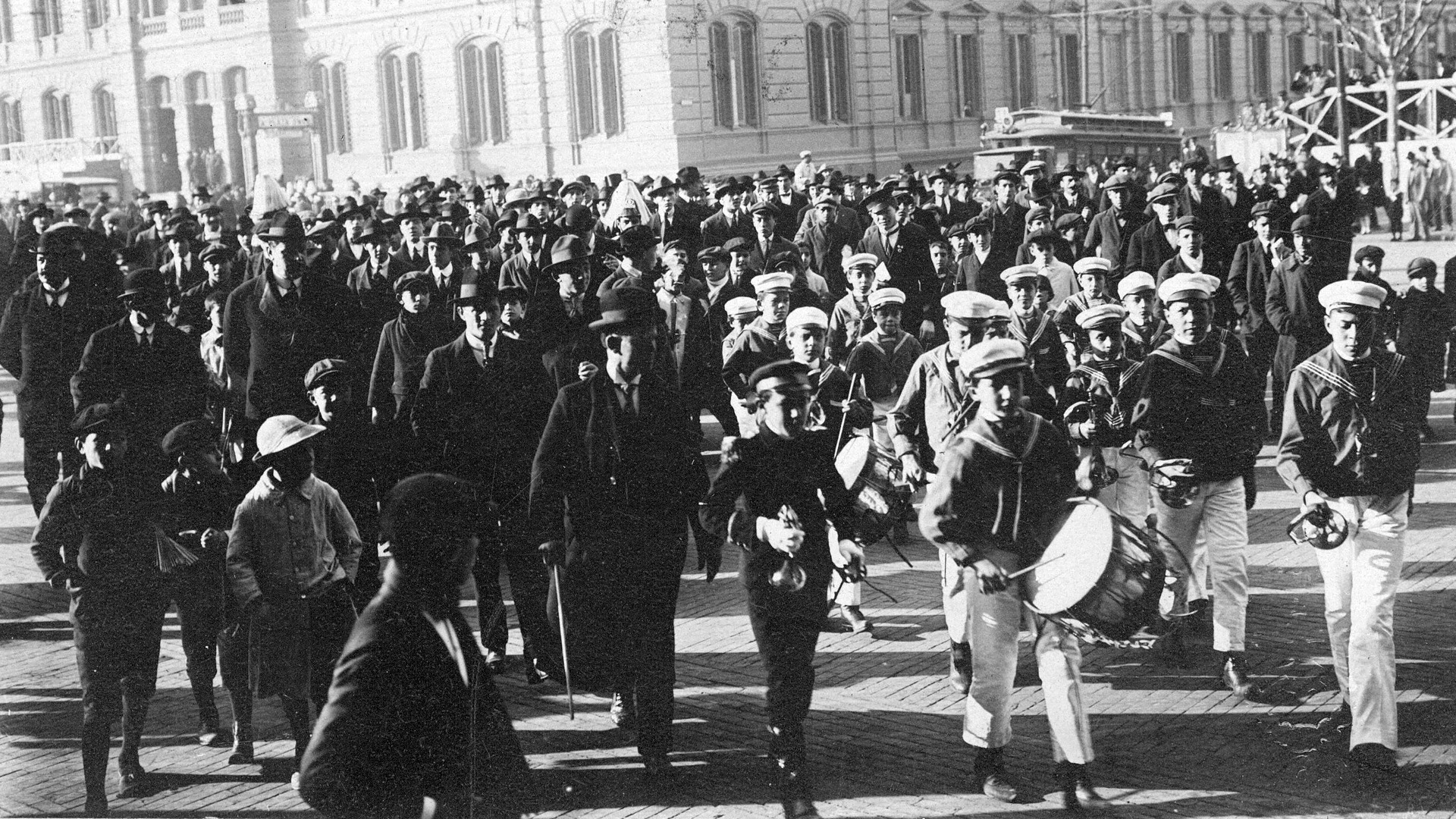 Bandas musicales de niños participaron de los festejos del Centenario de la Independencia Nacional.