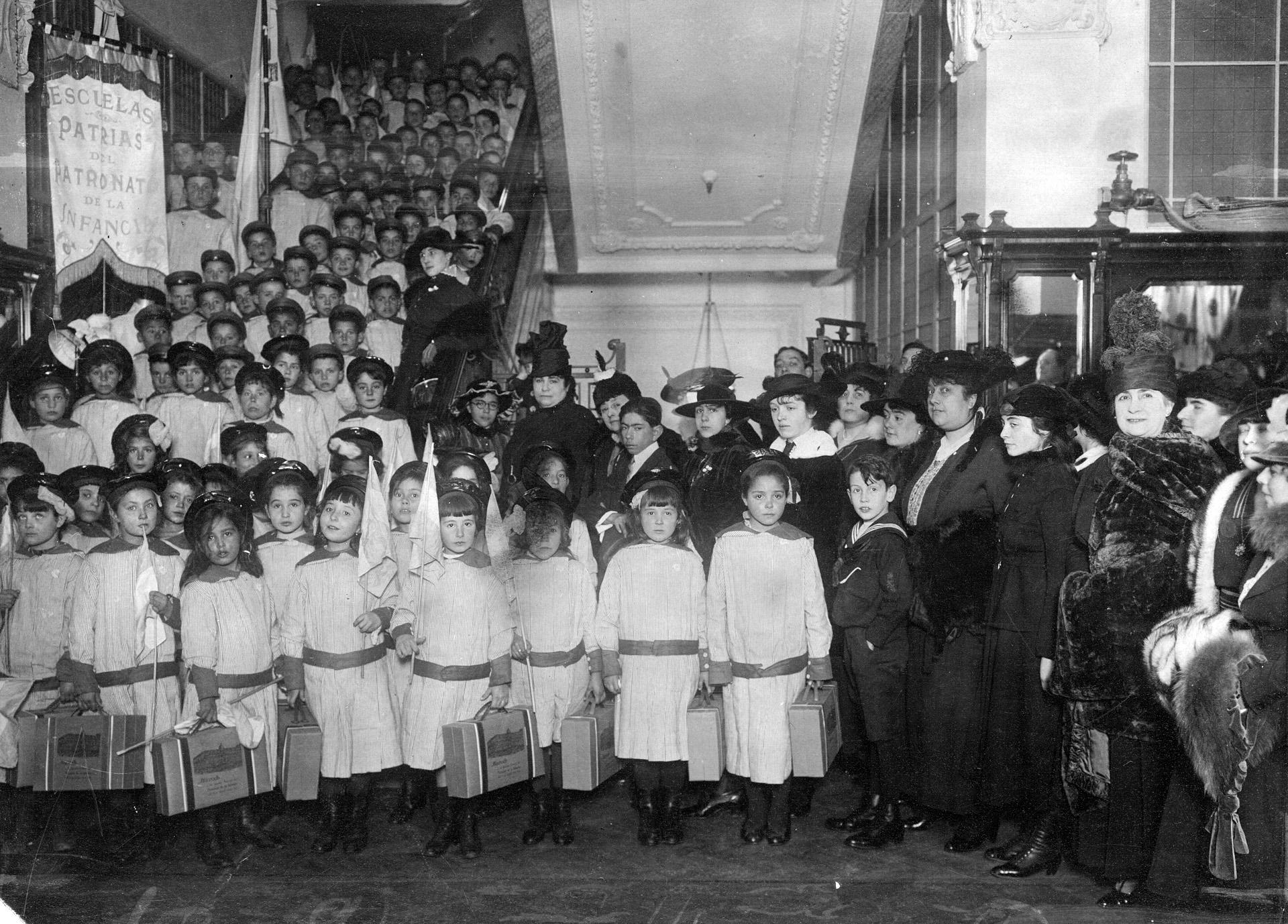 Reparto de ropas a los niños del Patronato de la Infancia por parte dela Casa Harrods.