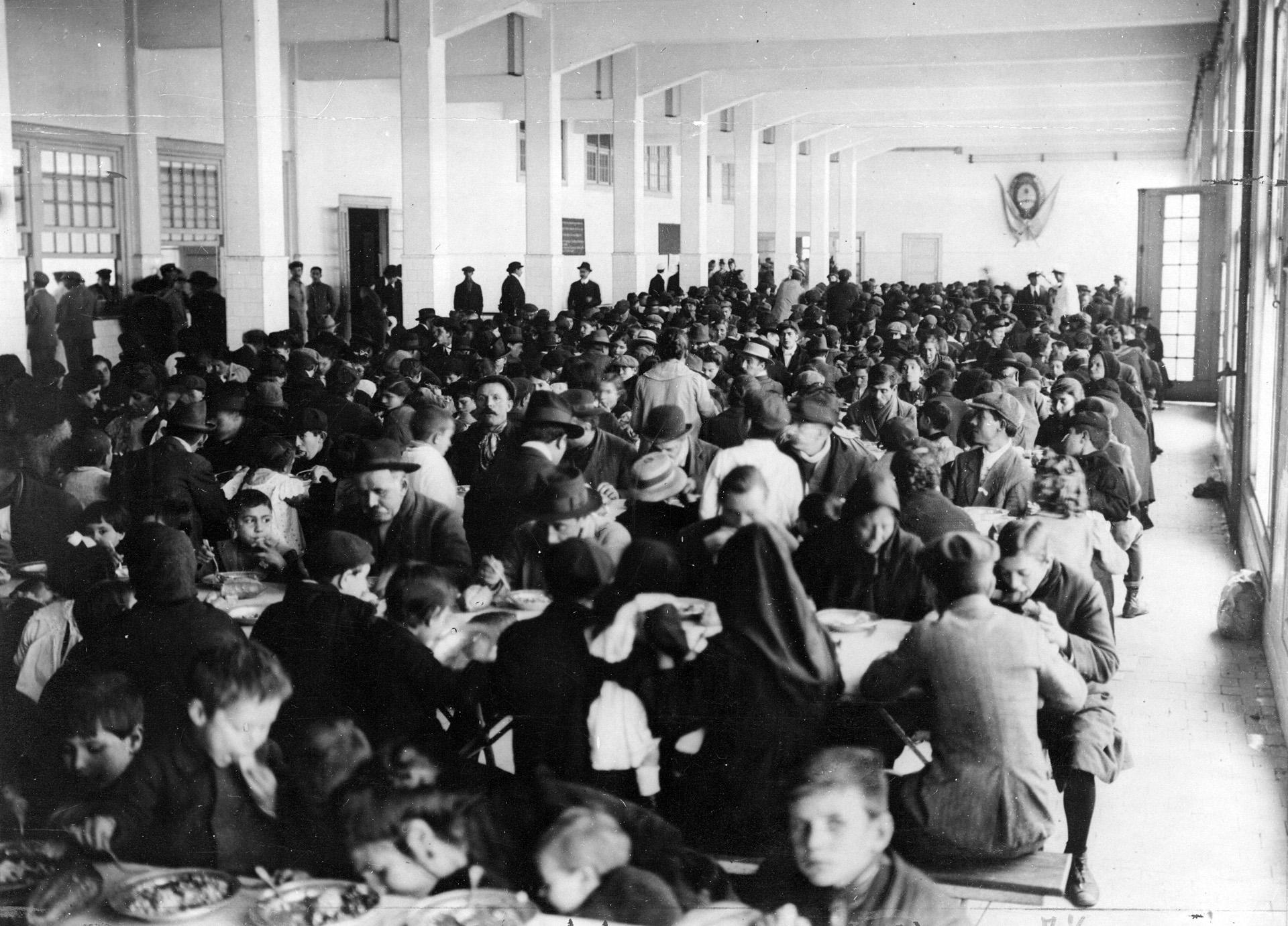 La casa Gath y Chaves ofreció almuerzos gratuitosa personas carenciadas.
