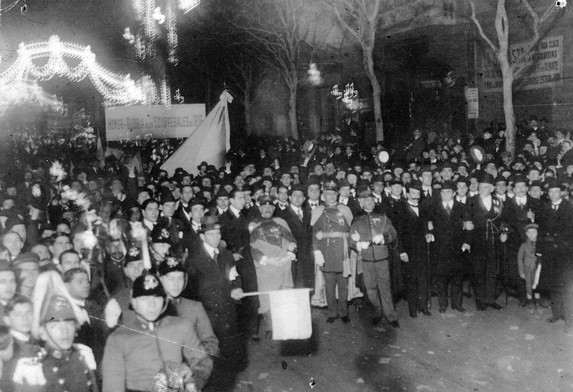 """El diputado nacional Alfredo Palacios encabezó la manifestación patriótica. """"Honor y gloria a los congresales de 1816"""", dice una pancarta."""