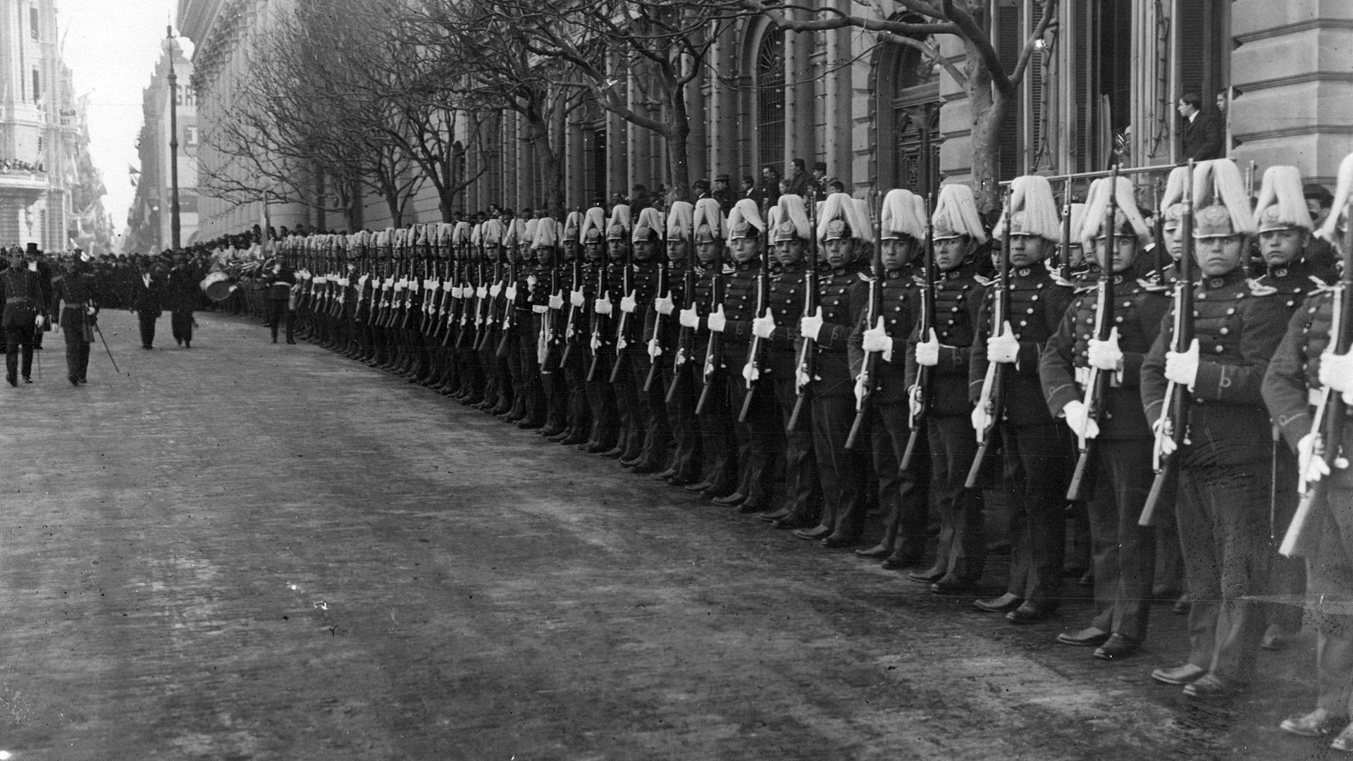 La Avenida de Mayo fue epicentro de los desfiles militares y las delegaciones de los países vecinos.