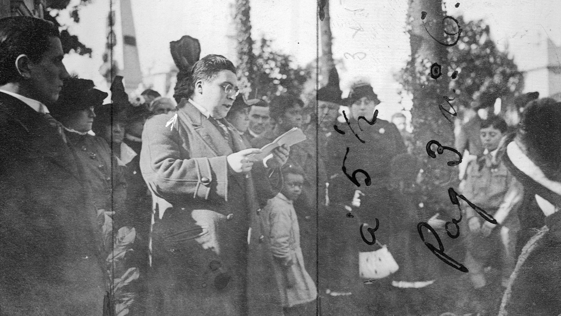 En la plaza Victoria, el secretario de la Asociación Patriótica Nacional lee su discurso.