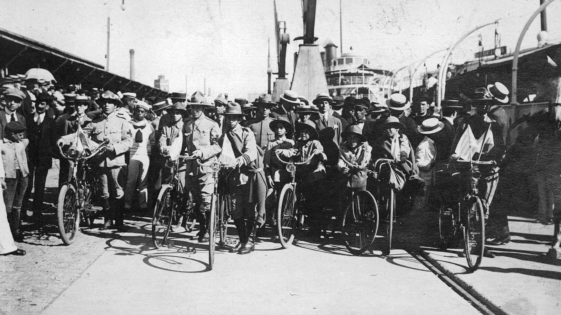 Los ciclistas exploradores uruguayos fueron la primera delegación extranjera en llegar a suelo argentino para la celebración.