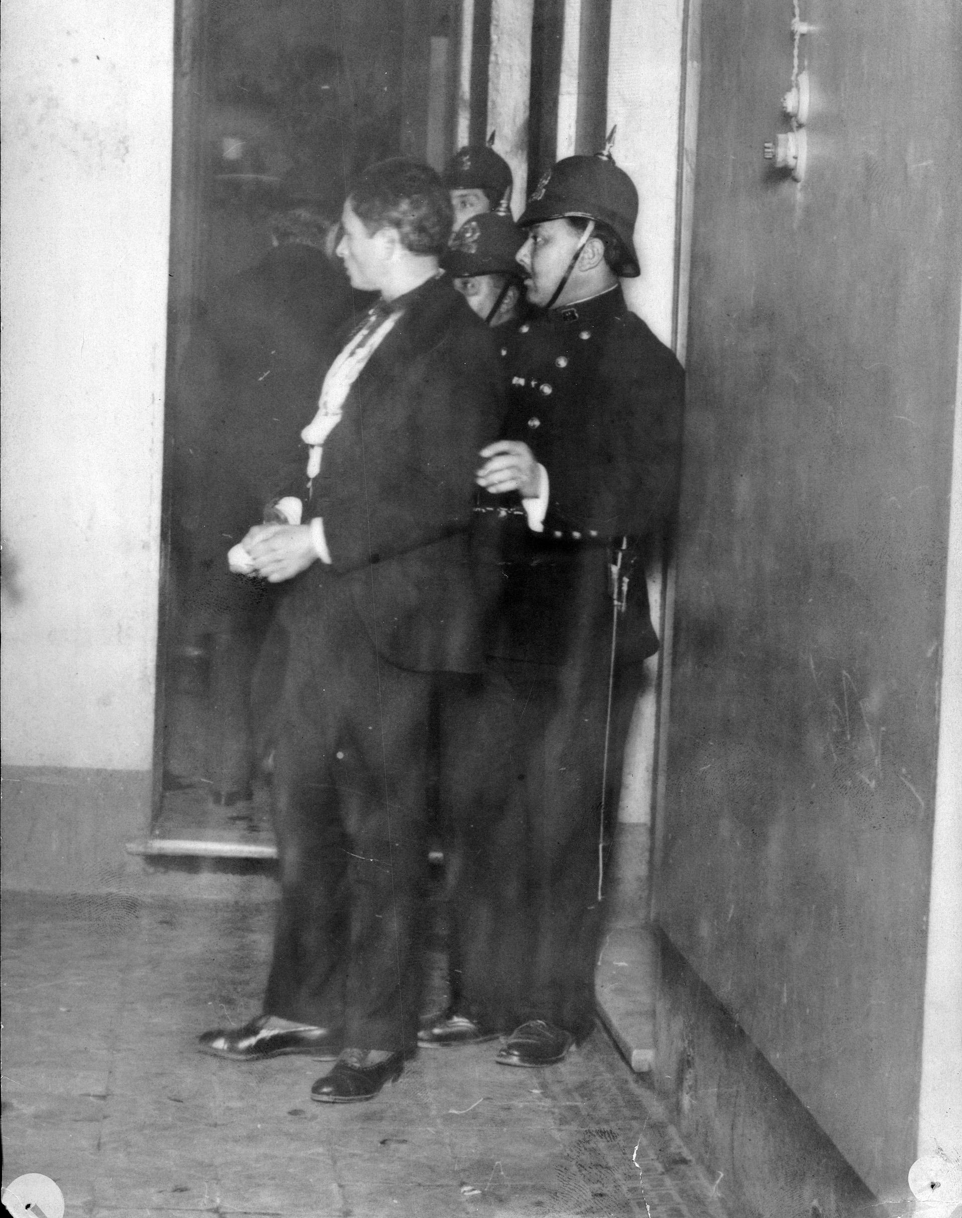 El joven anarquista Juan Mandrini quedódetenido como autor del atentado contra el presidente Victorino de la Plaza. El primer proyectil falló su objetivo; el segundo impactóenel balcón presidencial.
