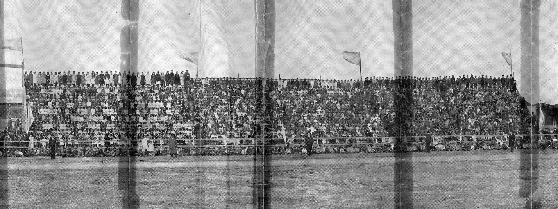 """Alumnos de escuelas e institutos filantrópicos, en las gradas de """"La Sportiva"""", en Palermo, durante los festejos de 1916."""