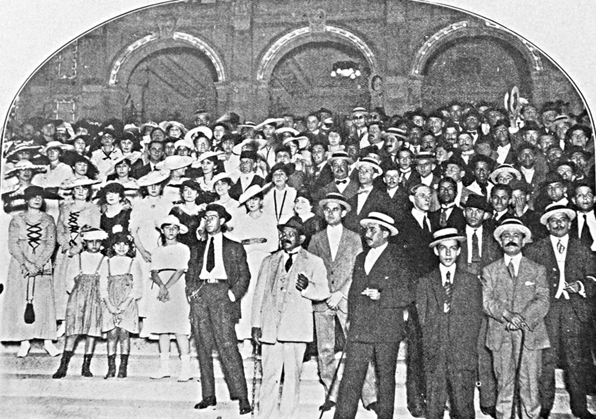 """Tucumán: """"Imponente resultó la manifestación patriótica realizada anoche por la comisión del centenario, saludando el año que hoy se inicia y que rememora el primer siglo de la declaración de independencia de las Provincias Unidas del Plata"""", decía el diario La Gaceta."""