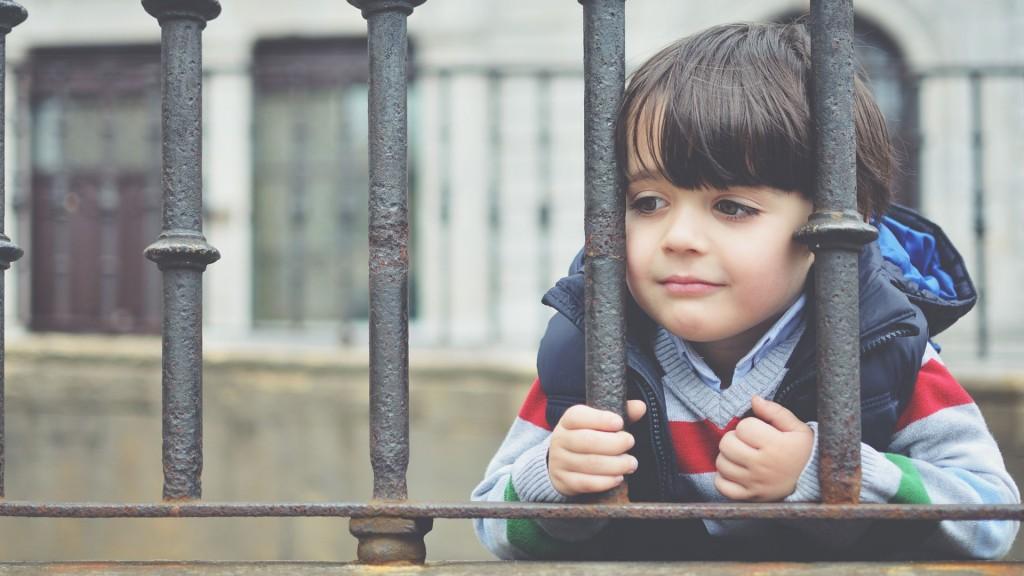 Mantener a los niños vigilados todo el tiempo es nocivo para su desarrollo psicológico (Shutterstock)