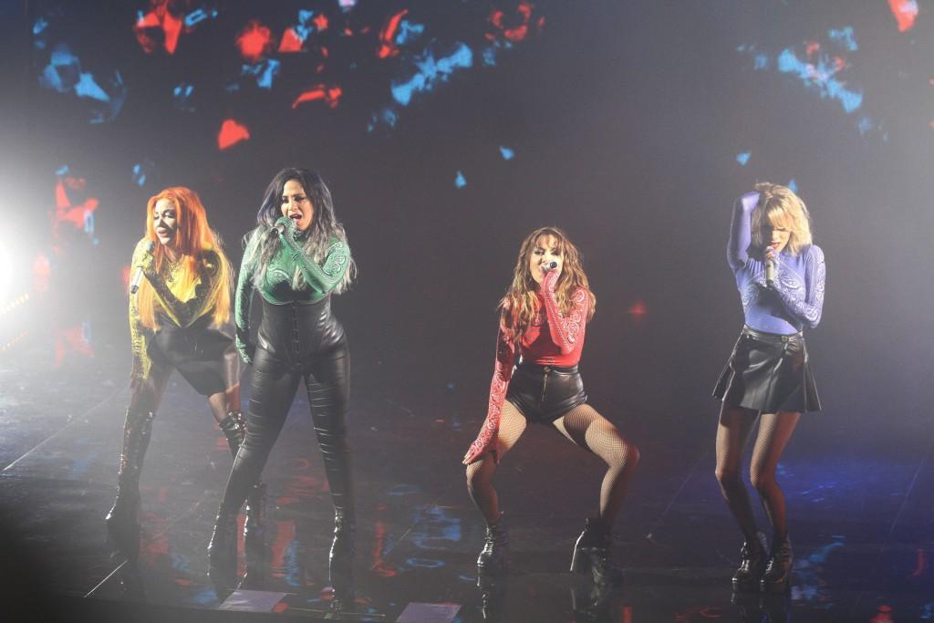 Además de cantar, las chicas bailaron