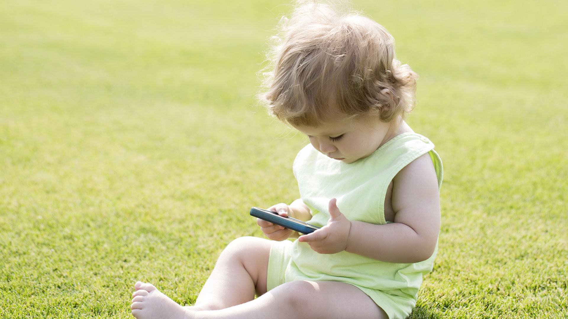 Se recomienda que los niños pequeños no utilicen demasiado los teléfonos móviles (Shutterstock)