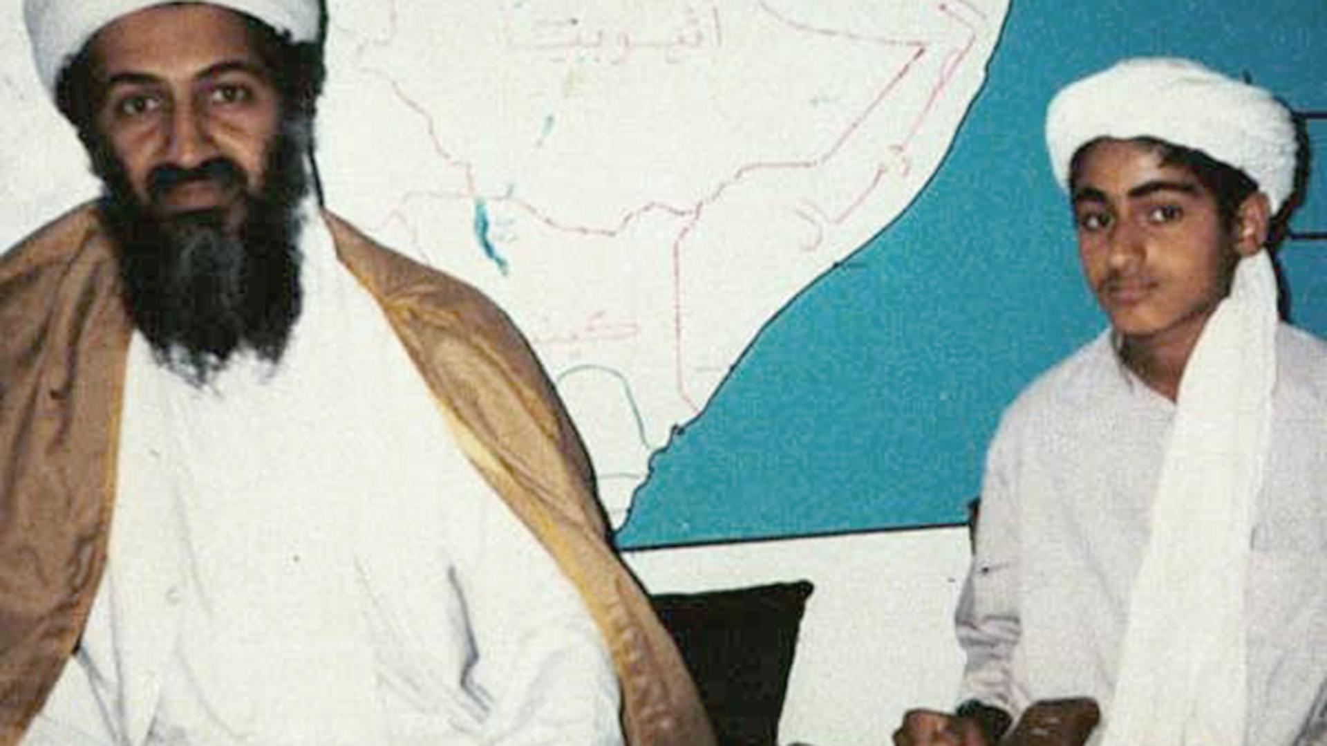 Osama Bin Laden junto a su hijo Hamza