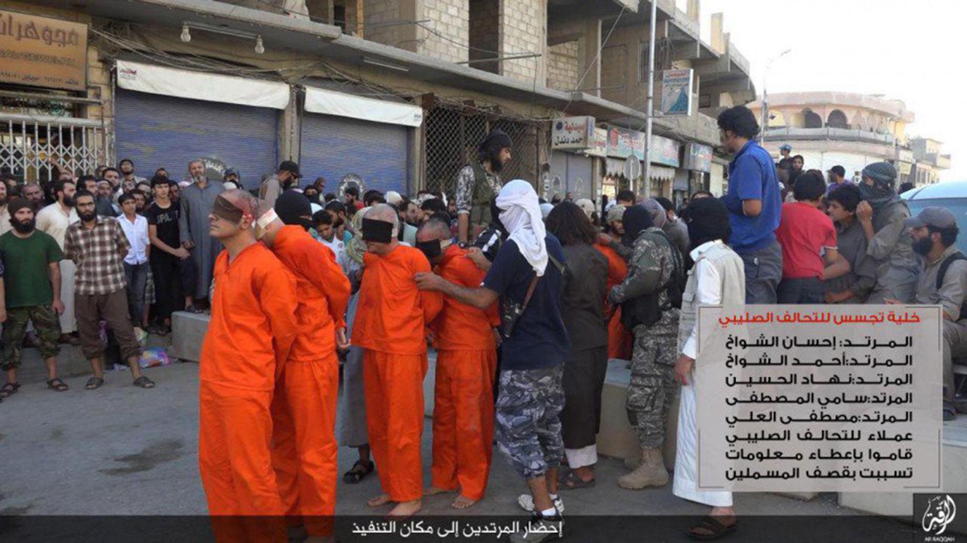 Los tres futbolistas, su entrenador y una quinta persona desconocida antes de ser ejecutados por ISIS.