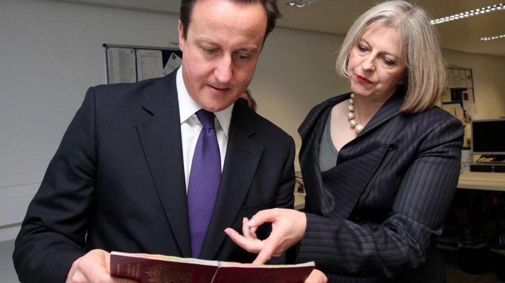 David Cameron y Theresa May (AP)
