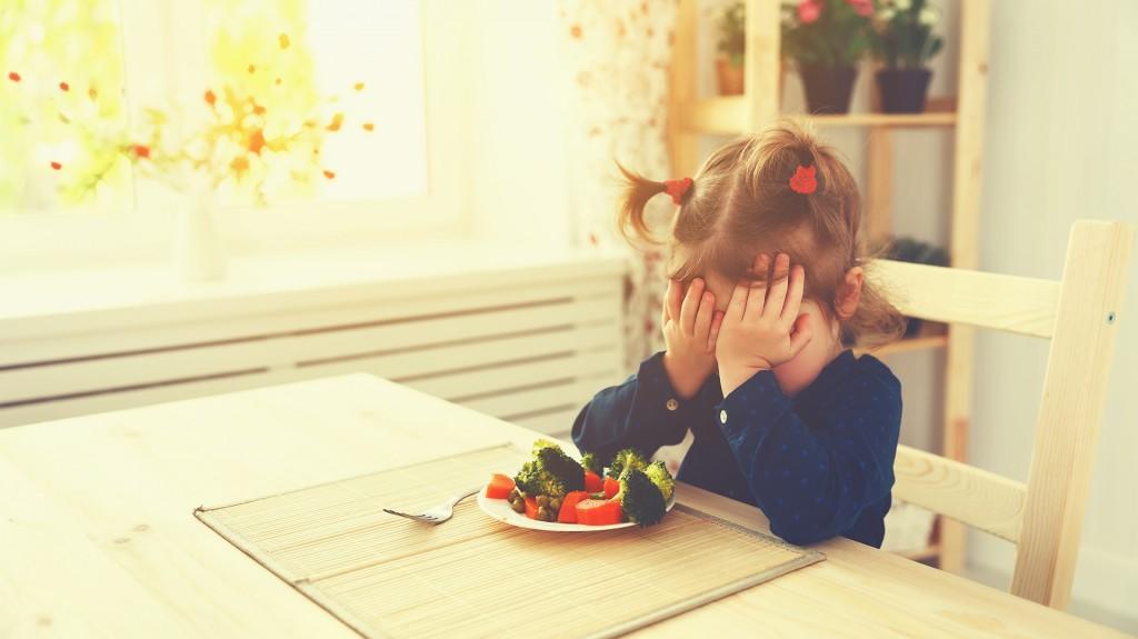 Los niños sometidos a planes de alimentación pobres tienen riesgo de desarrollar deficiencias (Shutterstock)