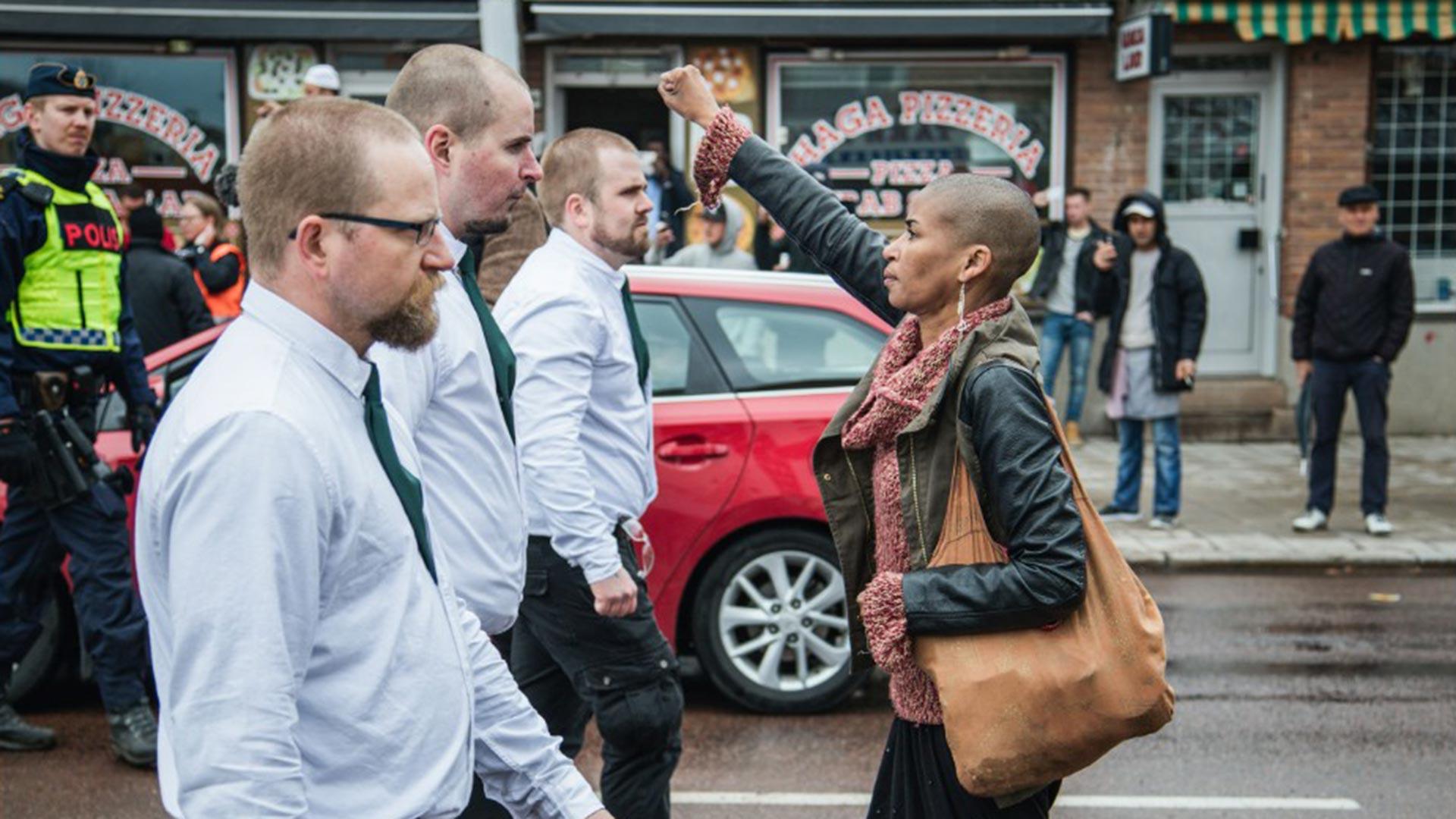 Tess Apslund levanta el puño frente a una manifestación neonazi en Suecia en mayo pasado