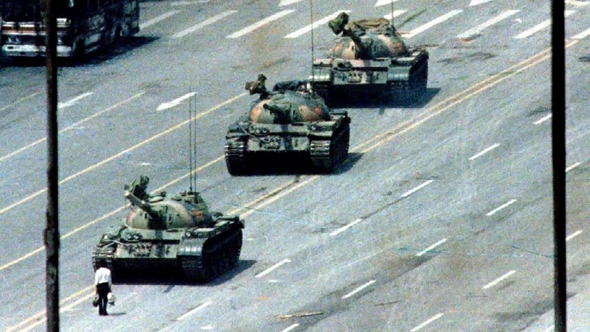 Un hombre frente a los tanques del Ejército chino en la Plaza de Tiananmen, en 1989
