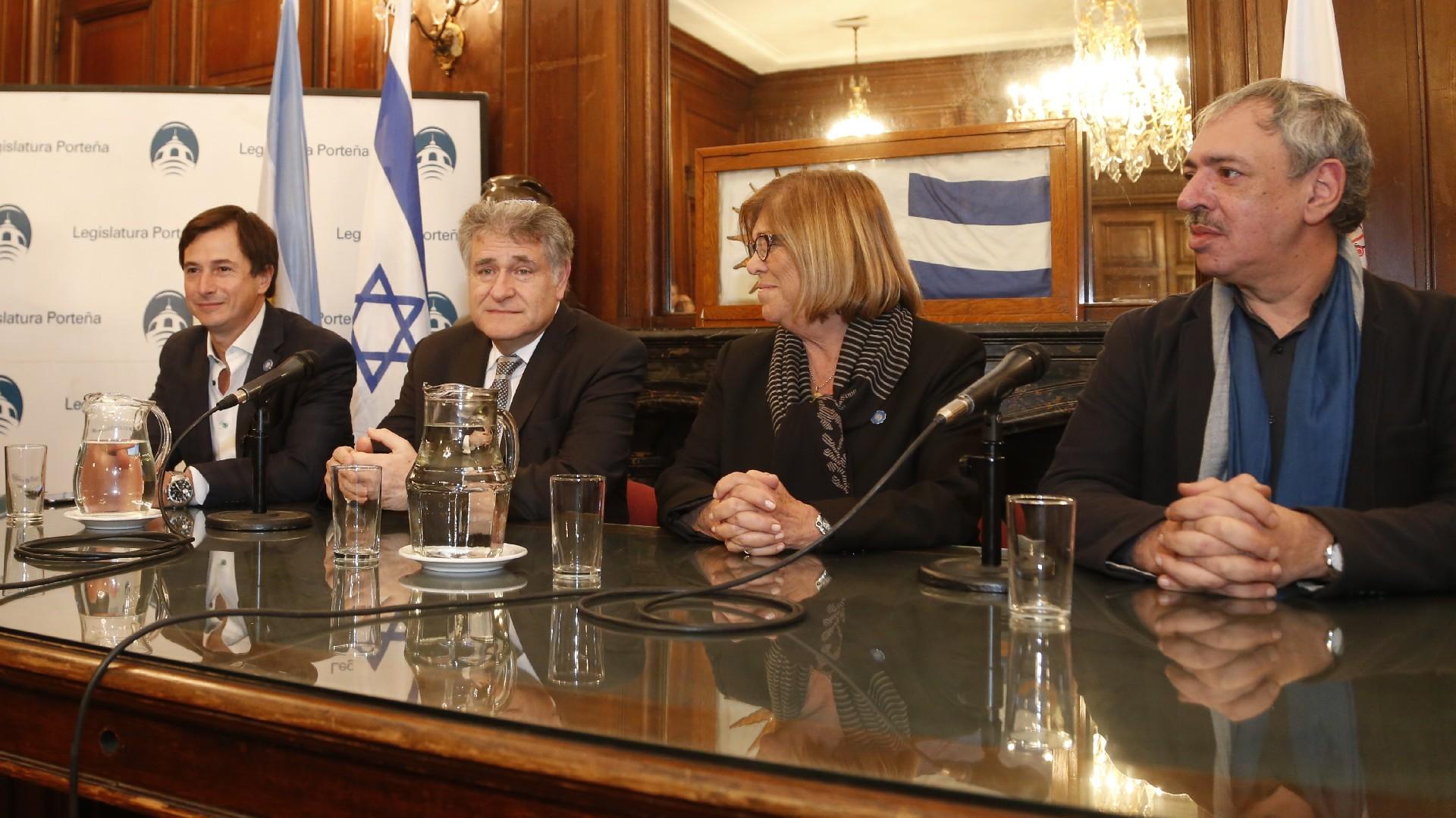 El diputado nacional Daniel Lipovetzky, el rabino Abraham Skorka y los legisladores Lía Rueda y Omar Abboud