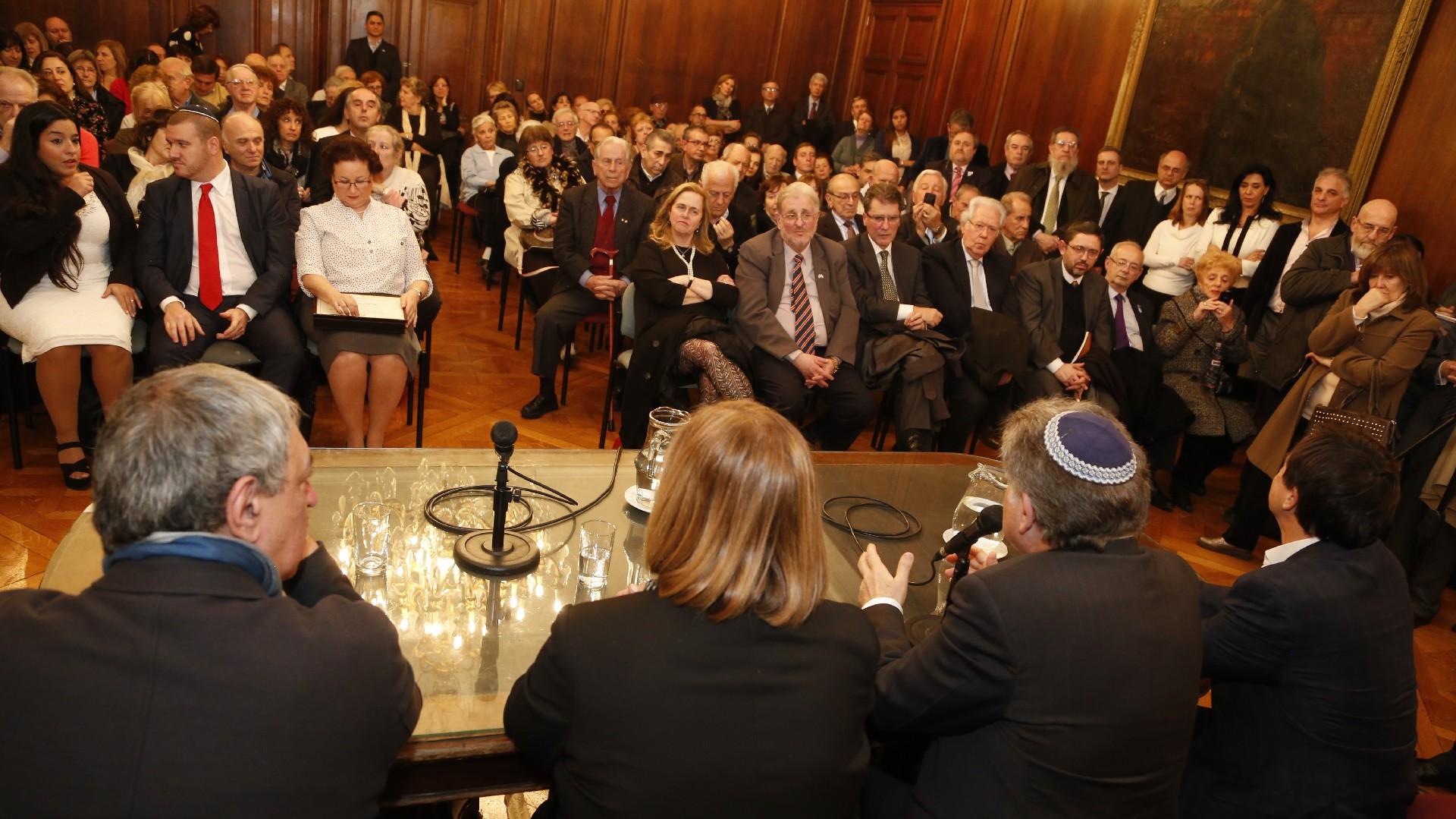 Fue rabino de la comunidad Lamroth Hakol desde 1973 hasta 1976 y desde entonces es rabino de la comunidad Benei Tikvá.