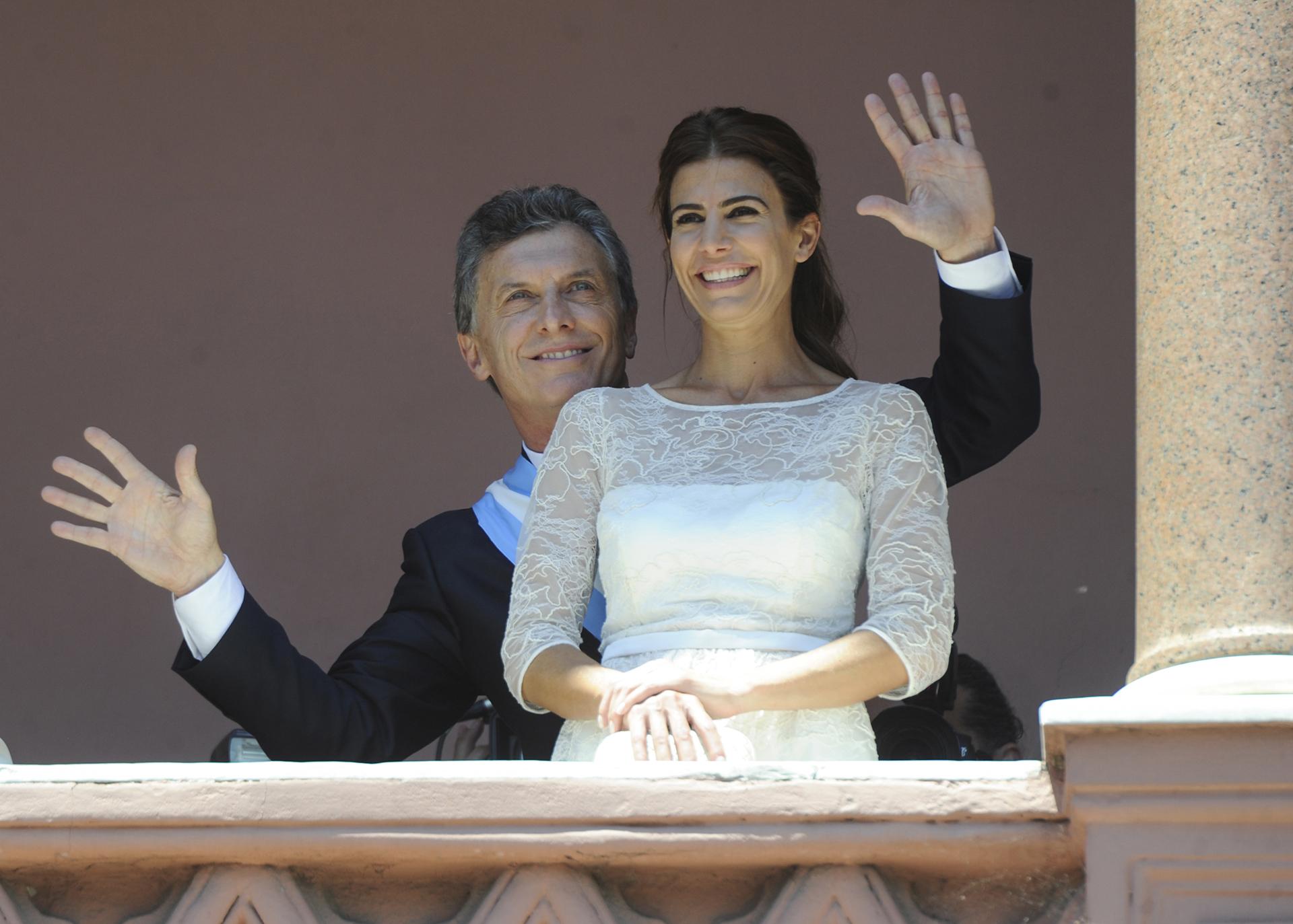 El Presidente Mauricio Macri junto a su esposa, bailando en el balcon de la Casa Rosada, luego de su asunción (Juan Roleri)