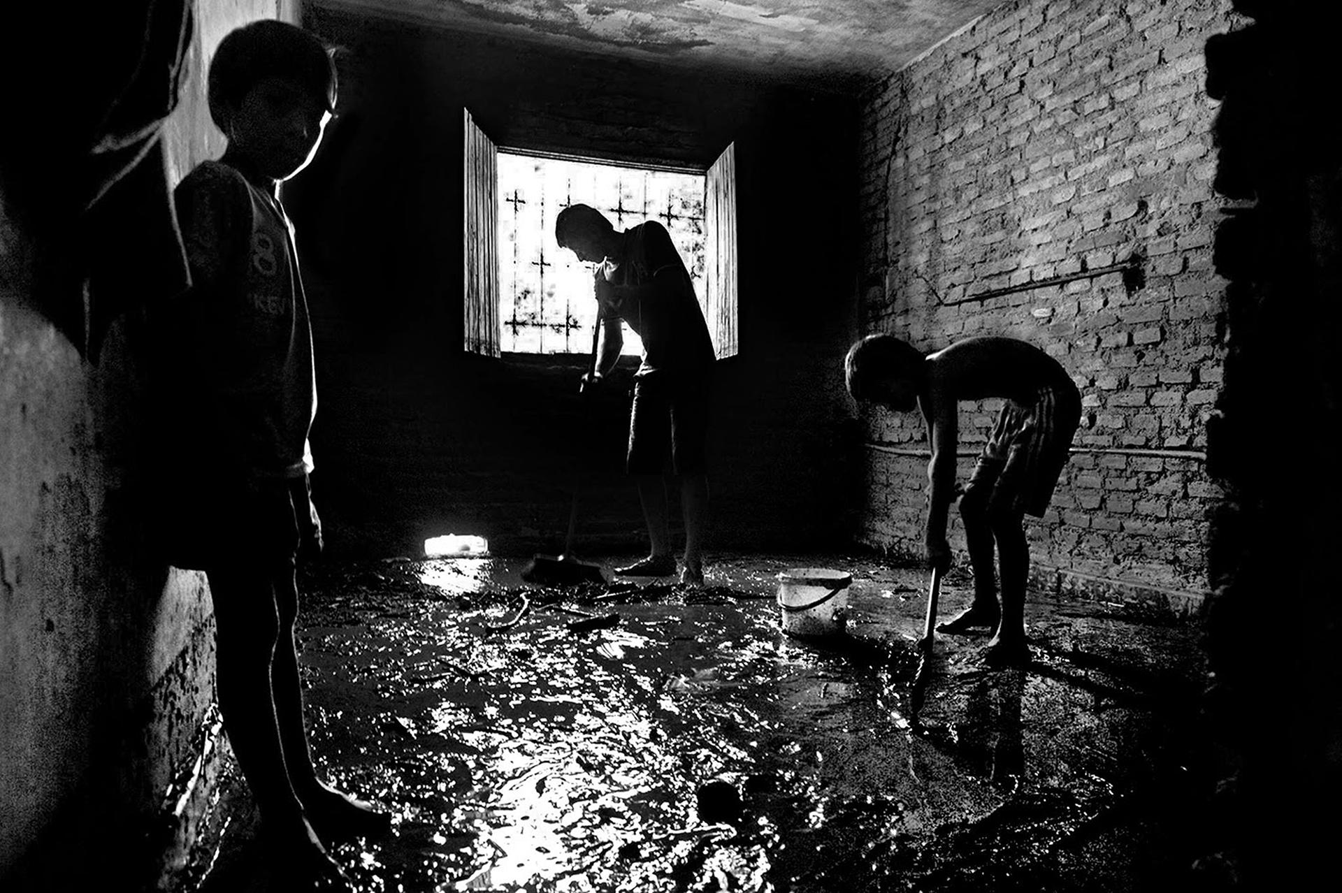 Los habitantes del barrio Miguel Lillo en San Miguel de Tucumán, al costado del Canal Sur, tras las inundaciones, quedaron tapados de agua, lodo y basura (Alberto Vera Franco)