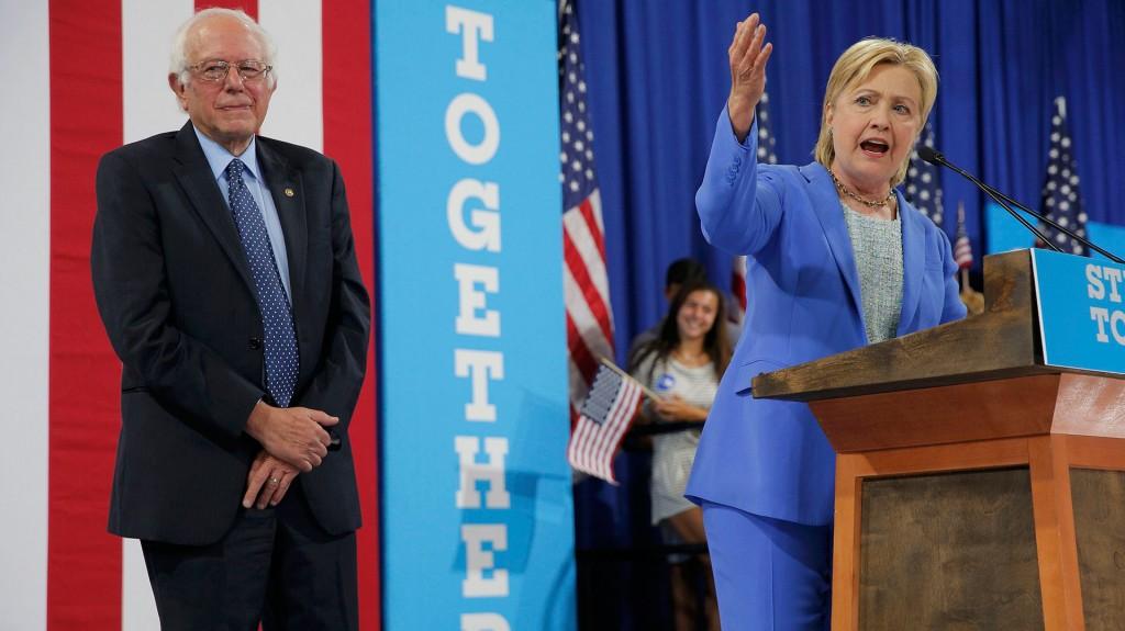 Tras perder las primarias, Bernie Sanders declaró su apoyo a la carrera presidencial de Hillary (Reuters)