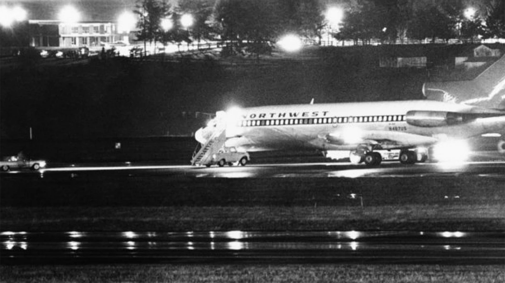 El avión Northwest Airlines fue secuestrado por un hombre identificado como D.B. Cooper. Aquí, en su escala en Seattle. Horas después, el secuestrador saltaría en paracaídas y nunca más sería visto (AP)