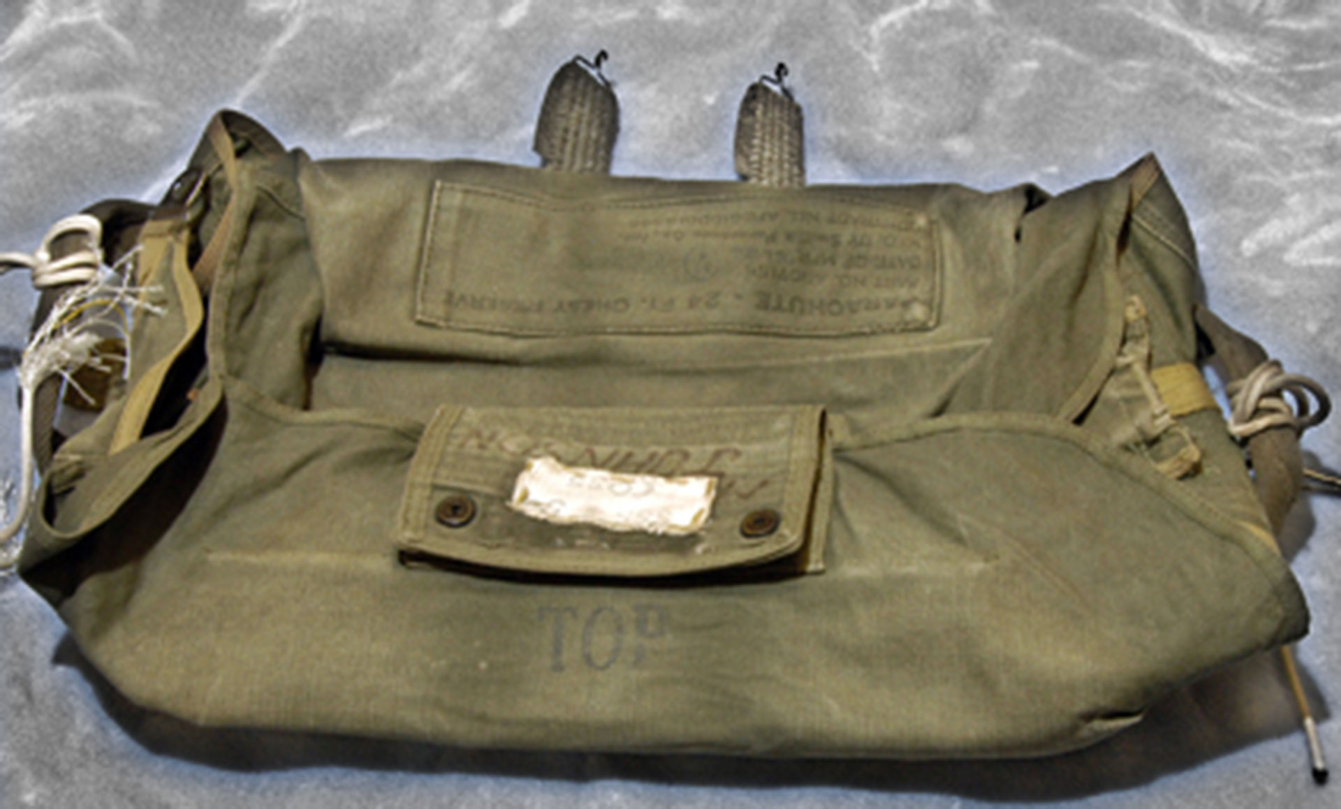 La mochila donde iba uno de los paracaídas que Cooper no utilizó. Usó la cuerda de uno de ellos para atarse el bolso con el dinero y así no perderlo (FBI)