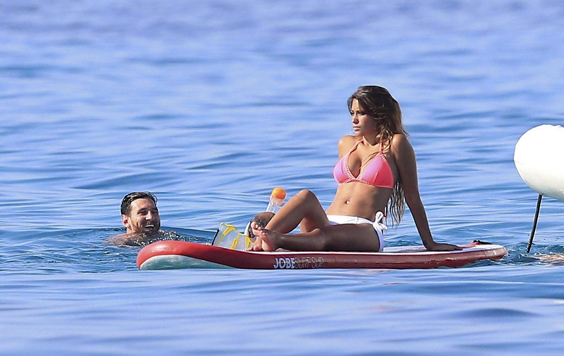El mar de Ibiza es uno de los destinos favoritos de los Messi. Allí se aseguran cierta privacidad de los paparazzis y descanso. En julio de 2016, una vez más fue el destino elegido por el astro y su esposa.
